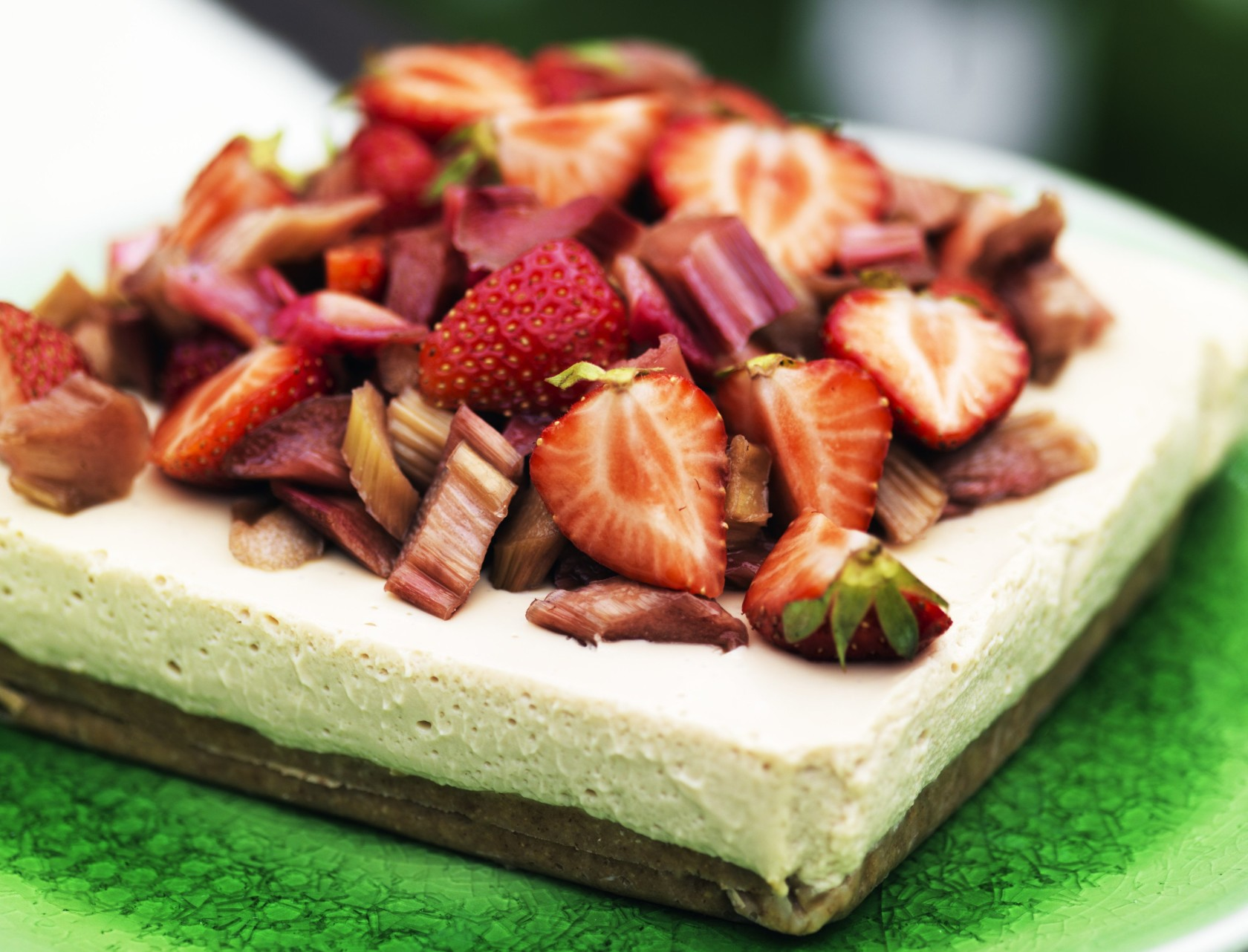 Cheesecake med lakrids, rabarber og jordbær