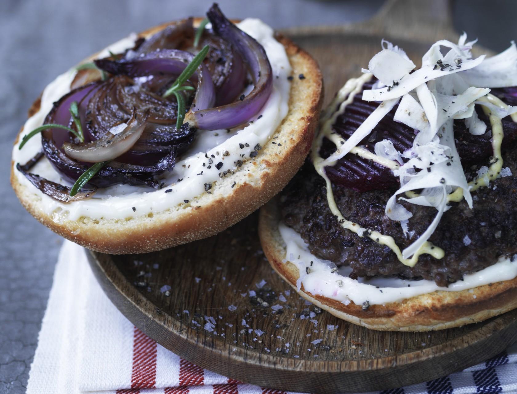 Nem opskrift på burger med syltede rødbeder,  peberrod og mayonnaise