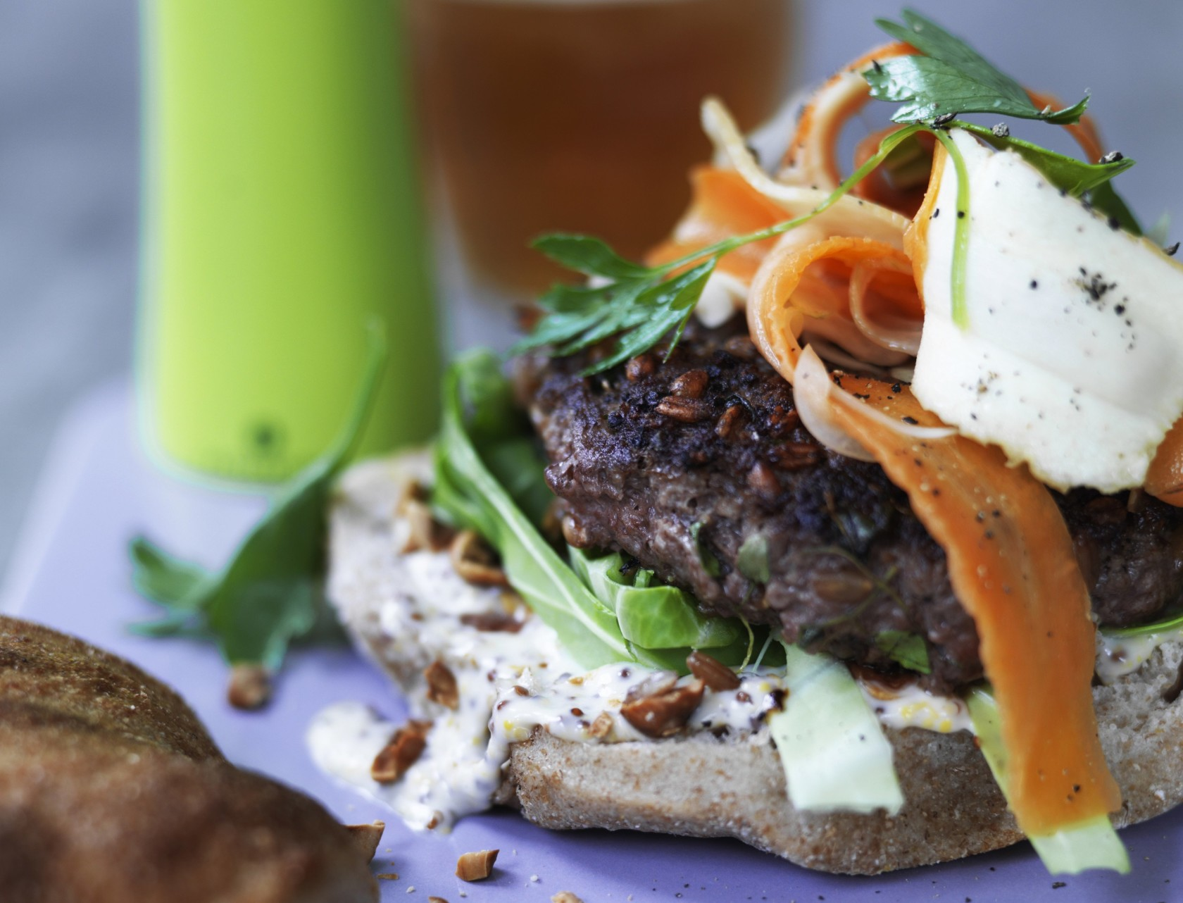 Burger med syltede rodfrugter og grov mayonnaise