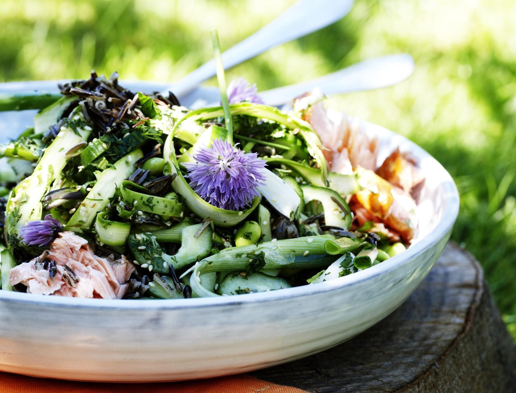 Salat med laks, ris og grønne asparges - perfekt sommersalat