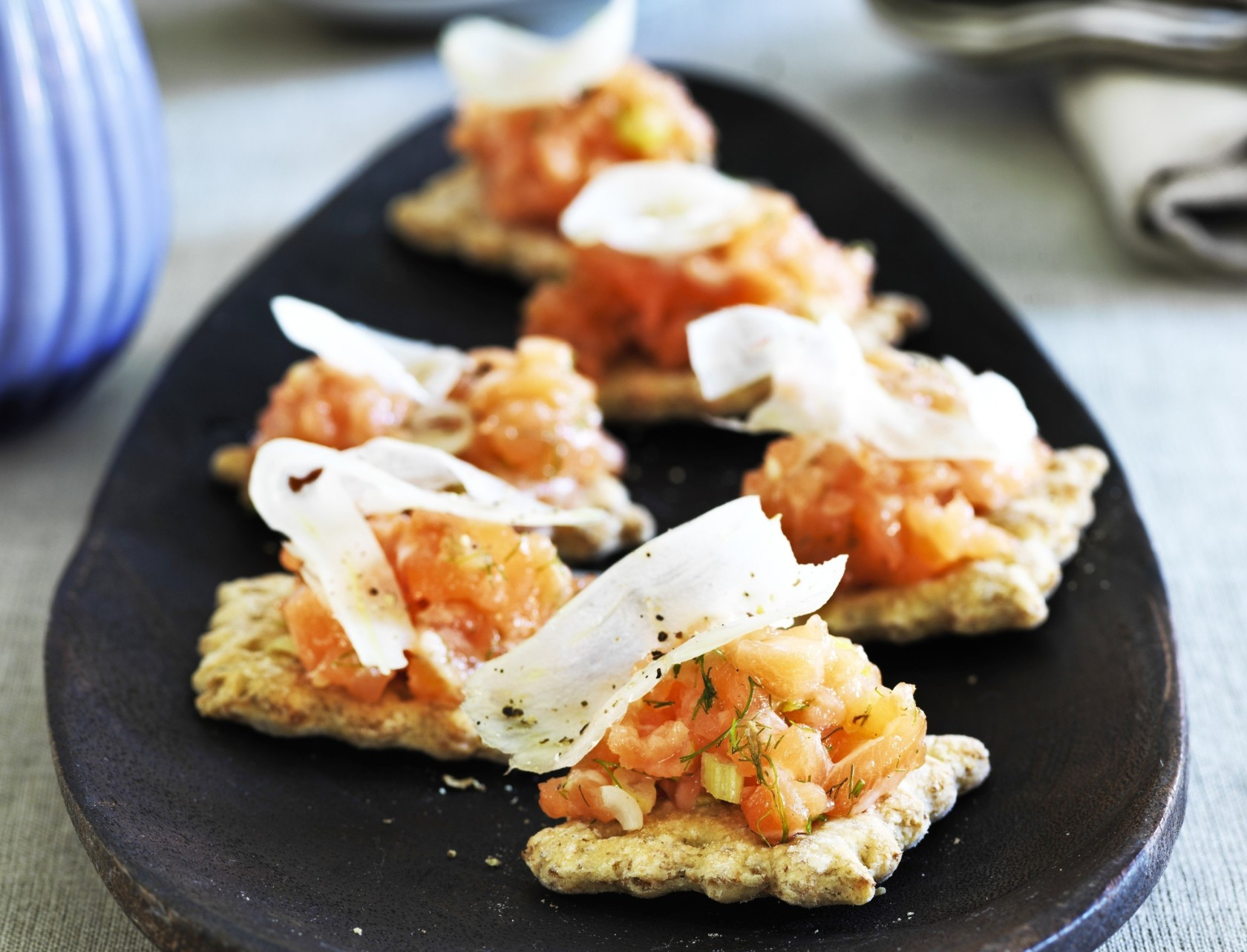 Laksetatar med fennikel på sprøde knækbrød