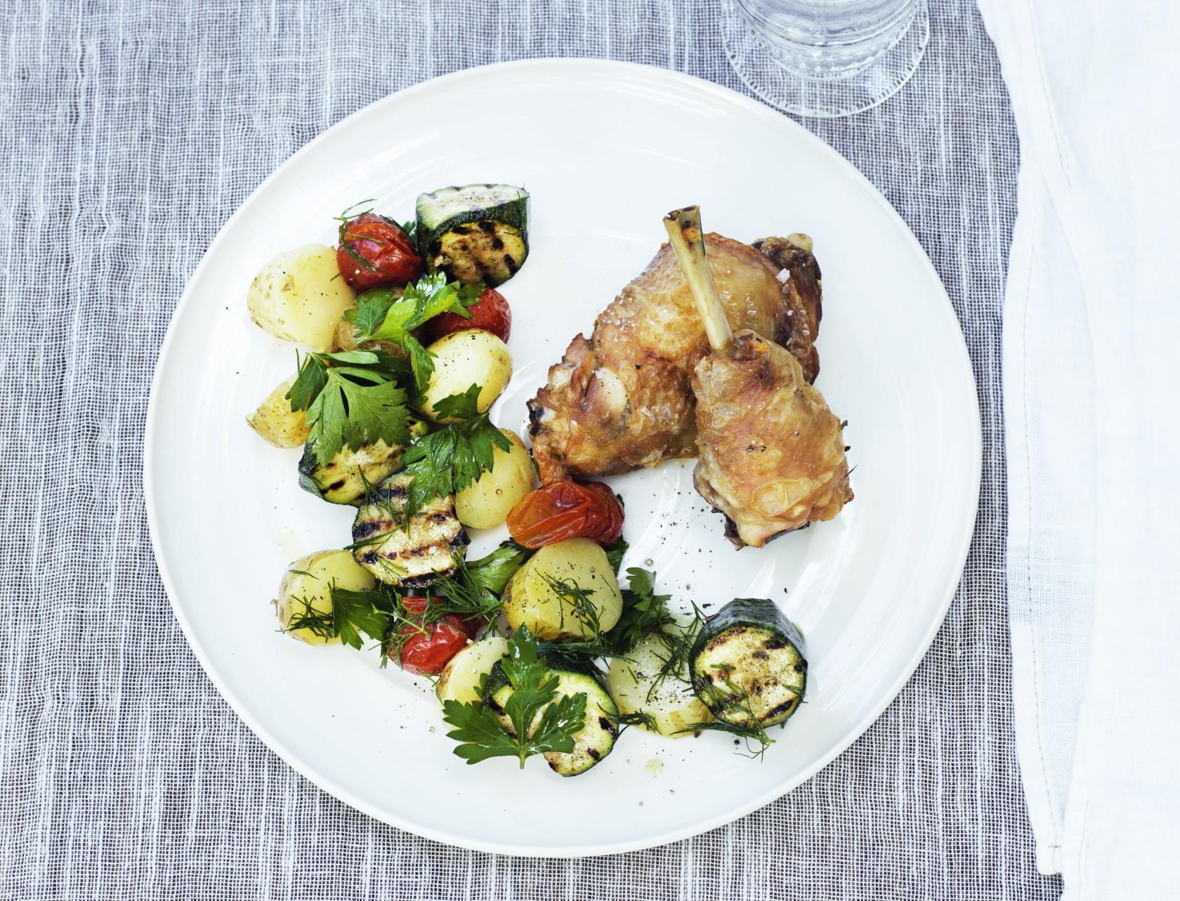 Kyllingelår med bagte tomater, squash og kartofler er det ideelle måltid!