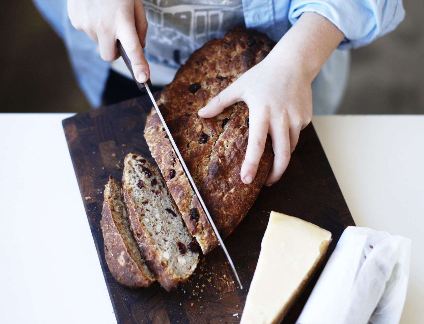 Langtidshævet brød med tranebær og solsikkekerner