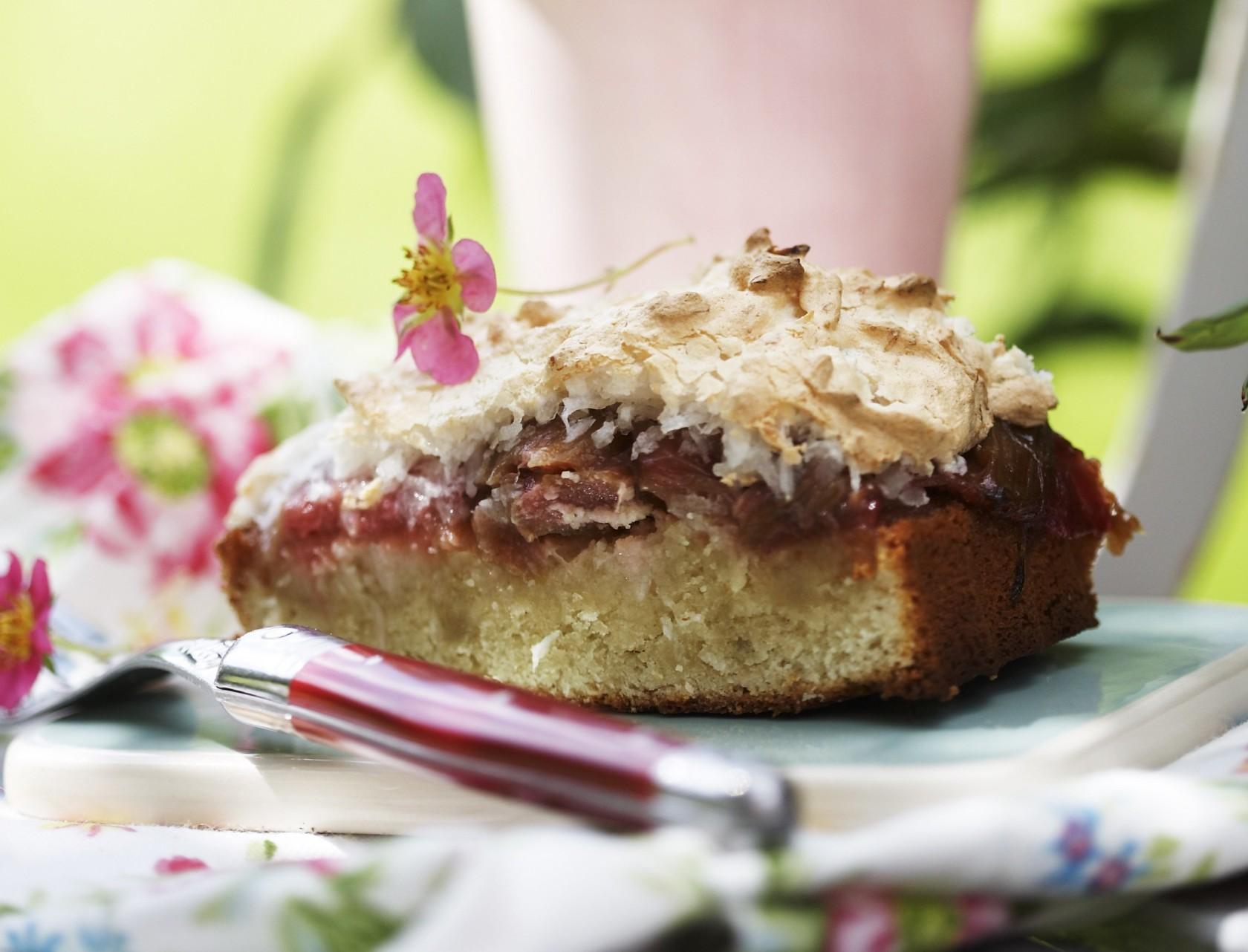 Rabarberkage med kokosmarengs - nem og lækker opskrift på den bedste sommerkage.