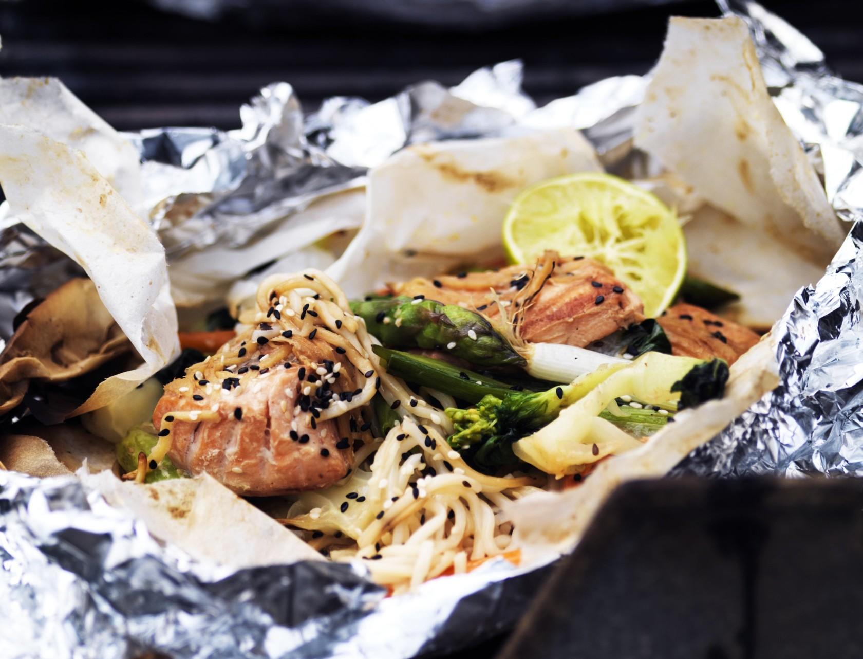 Grøntsagspakker med nudler og sojamarineret laks - virkelig lækker sommerret på grill!