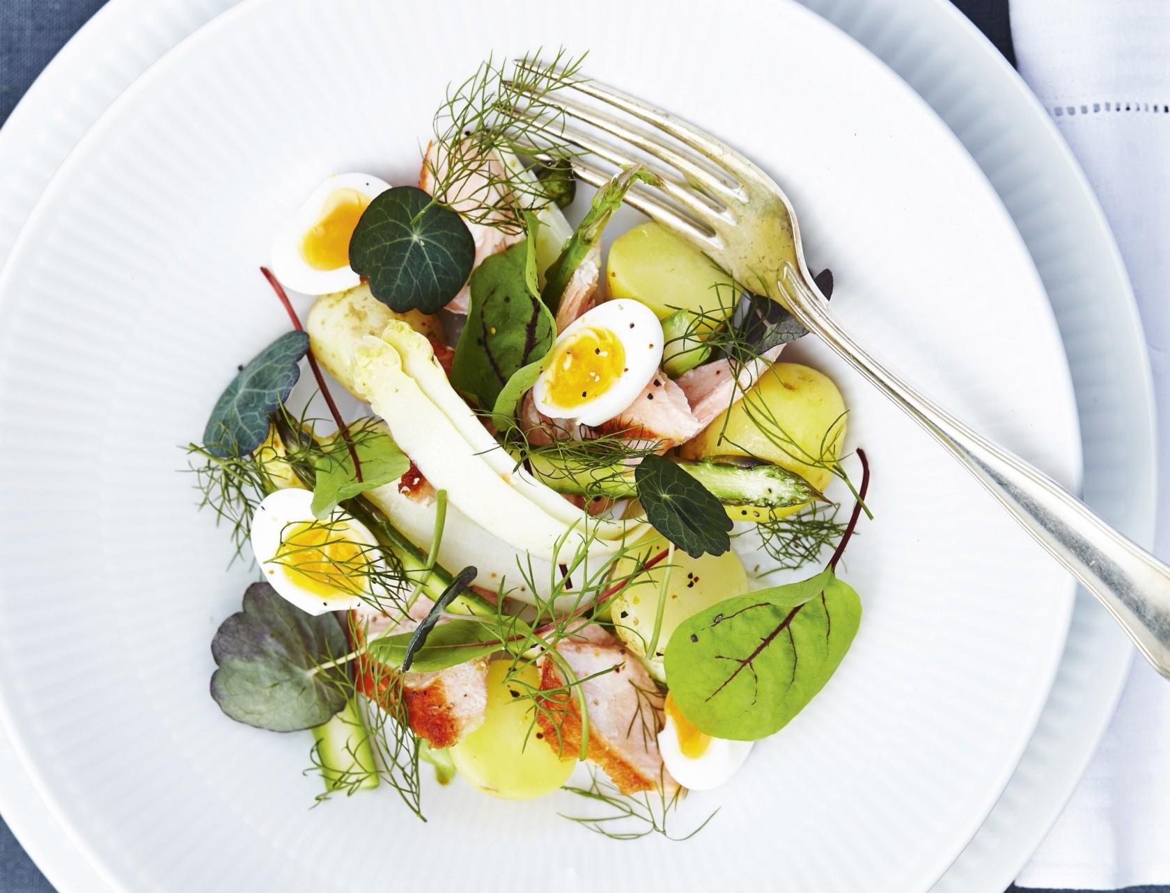 Aspargessalat med laks, æg og nye kartofler