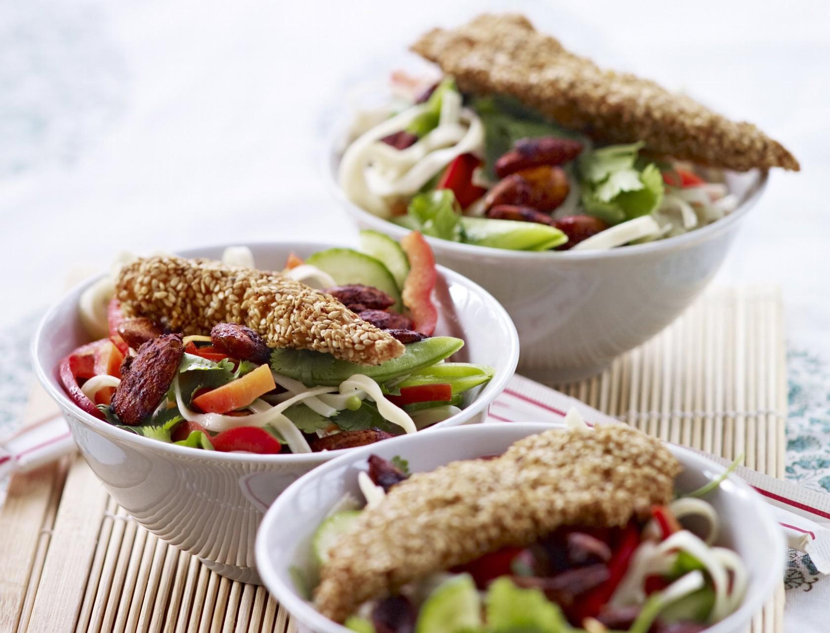 Nudelsalat med sesamstegt kylling og sojamandler