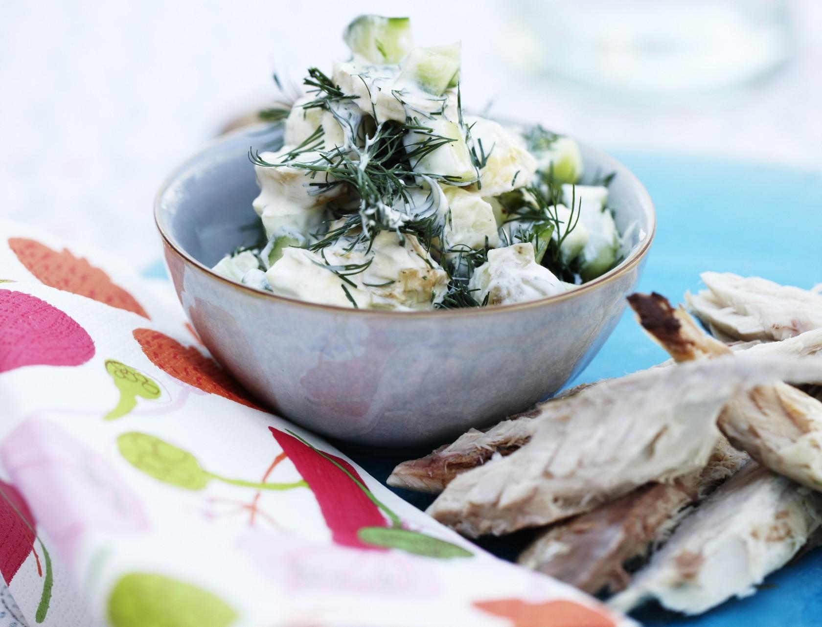 Røget makrel og kartoffelsalat med agurk