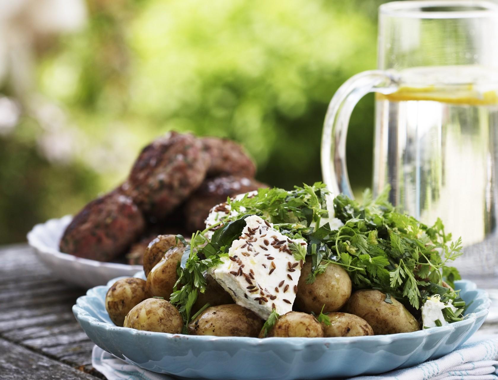 Hakkebøffer og kartoffelsalat med rygeost