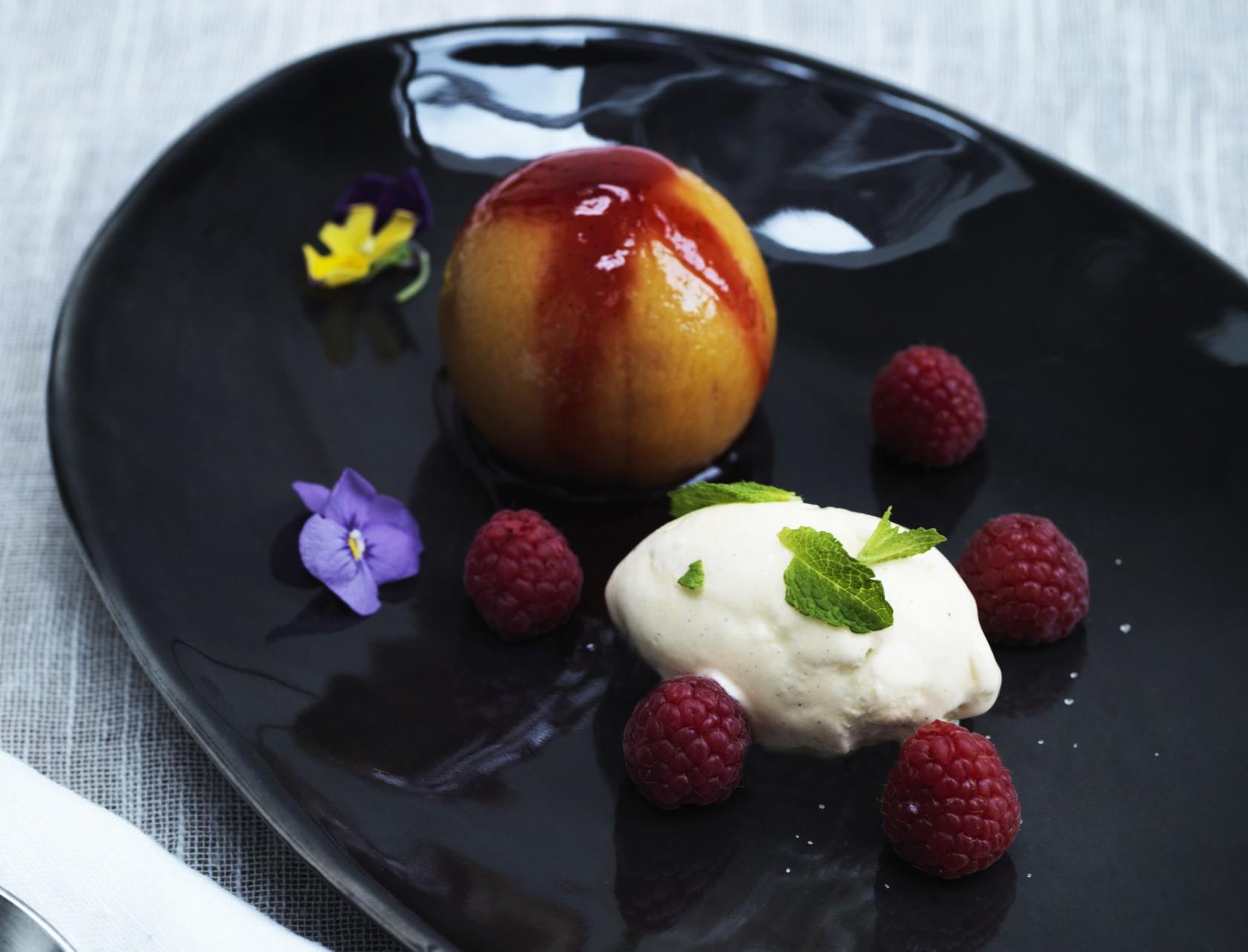 Lækker sommerlig dessert: Ferskner i vaniljemarinade med hindbærpuré og is