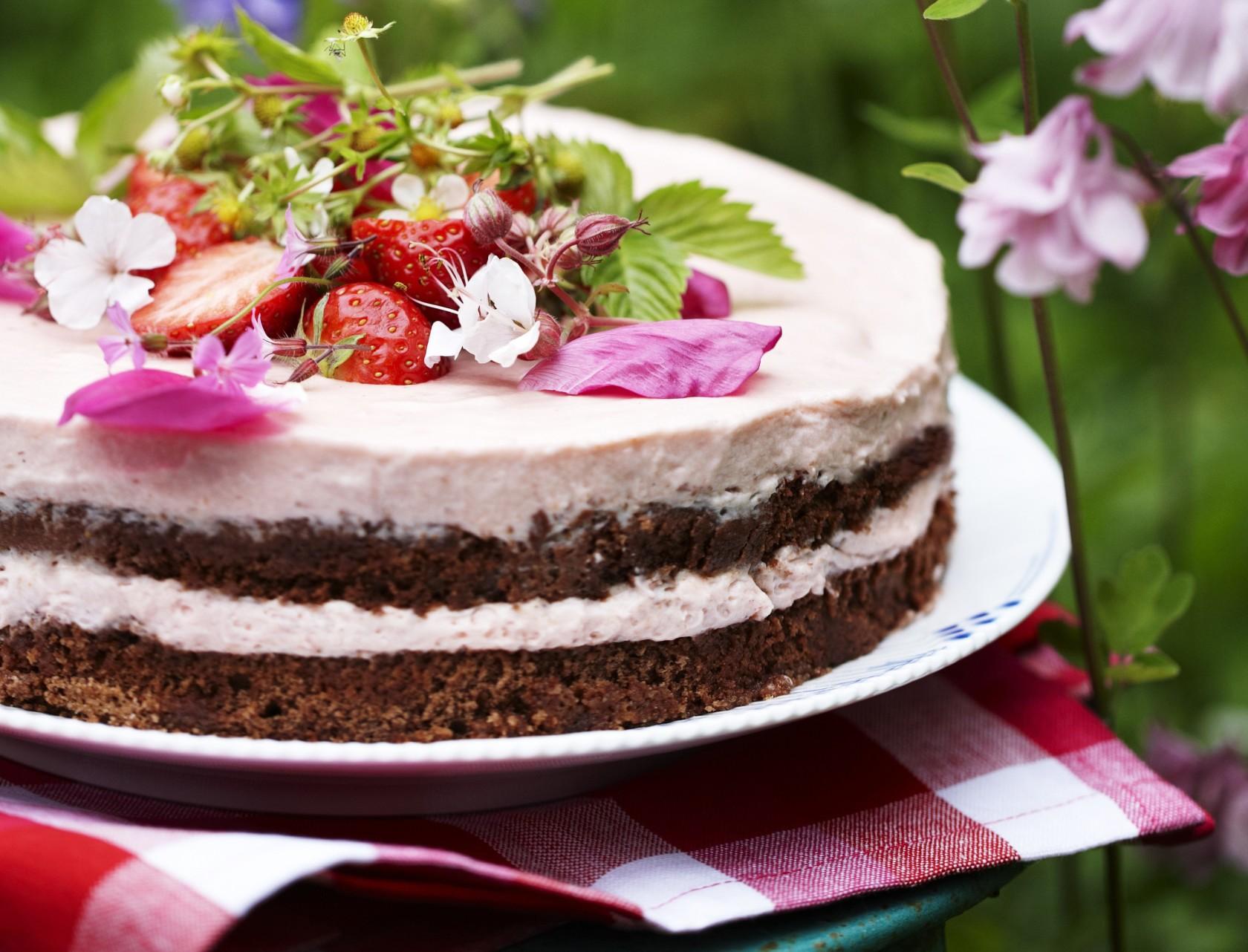 Islagkage med jordbærmousse og chokoladebunde - den perfekte sommerdessert!