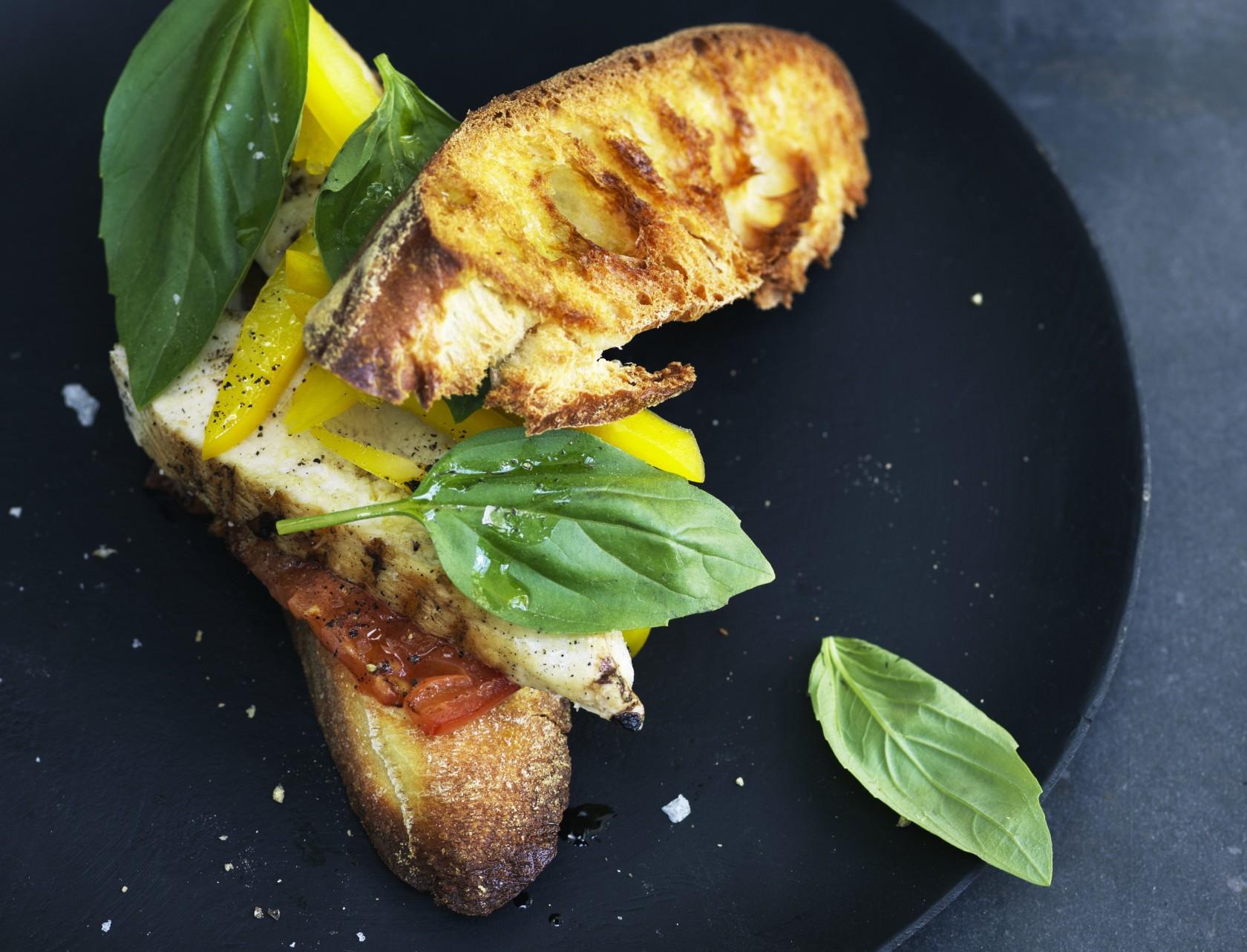 Lækker ristet sandwich med tomat og kylling