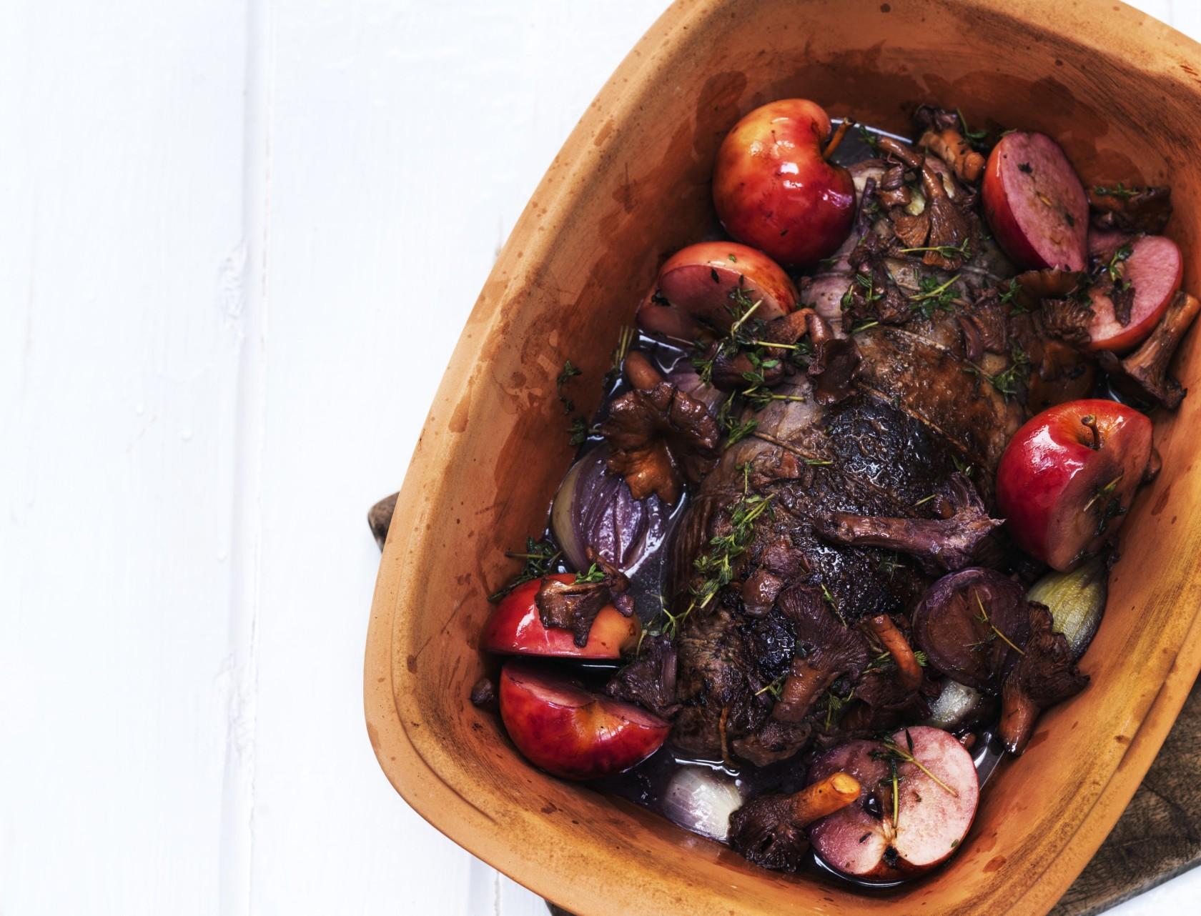 Oksetyksteg i stegeso med æbler, svampe og grov kartoffelmos - nem opskrift i ovn.