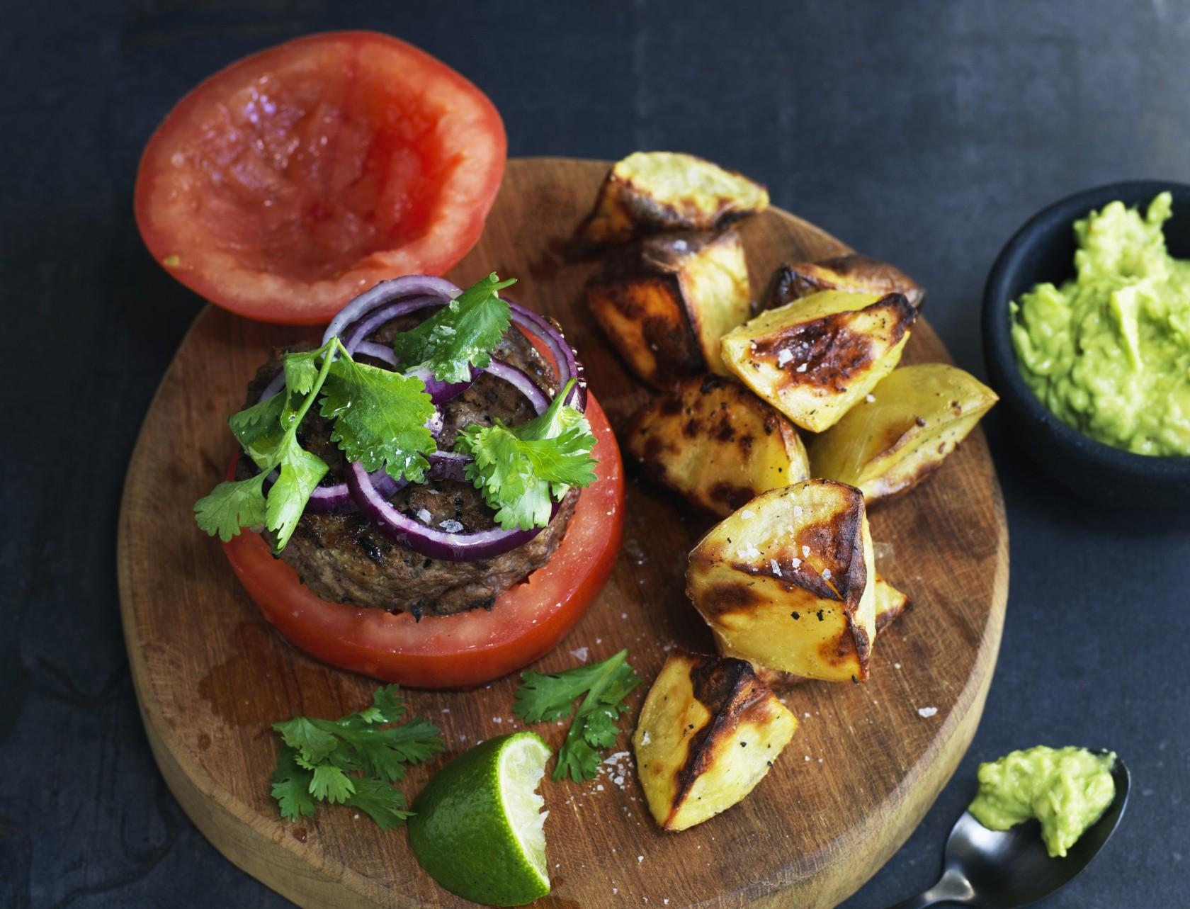 Lækker burger med tomater i stedet for burgerboller - så får du et sundere måltid!