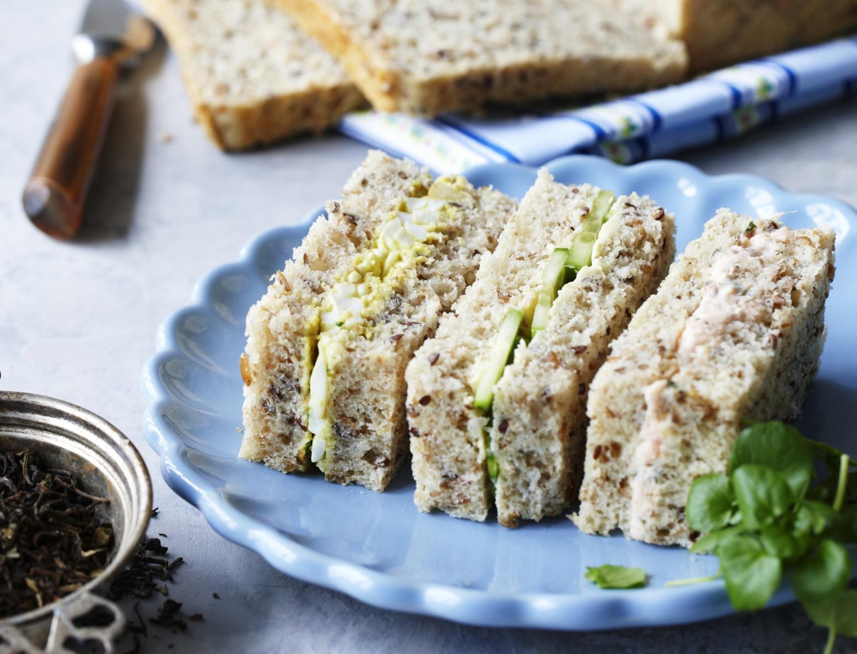 Sandwich med tre forskellige fyld - perfekt opskrift til frokost, madpakke eller picnic-kurven.