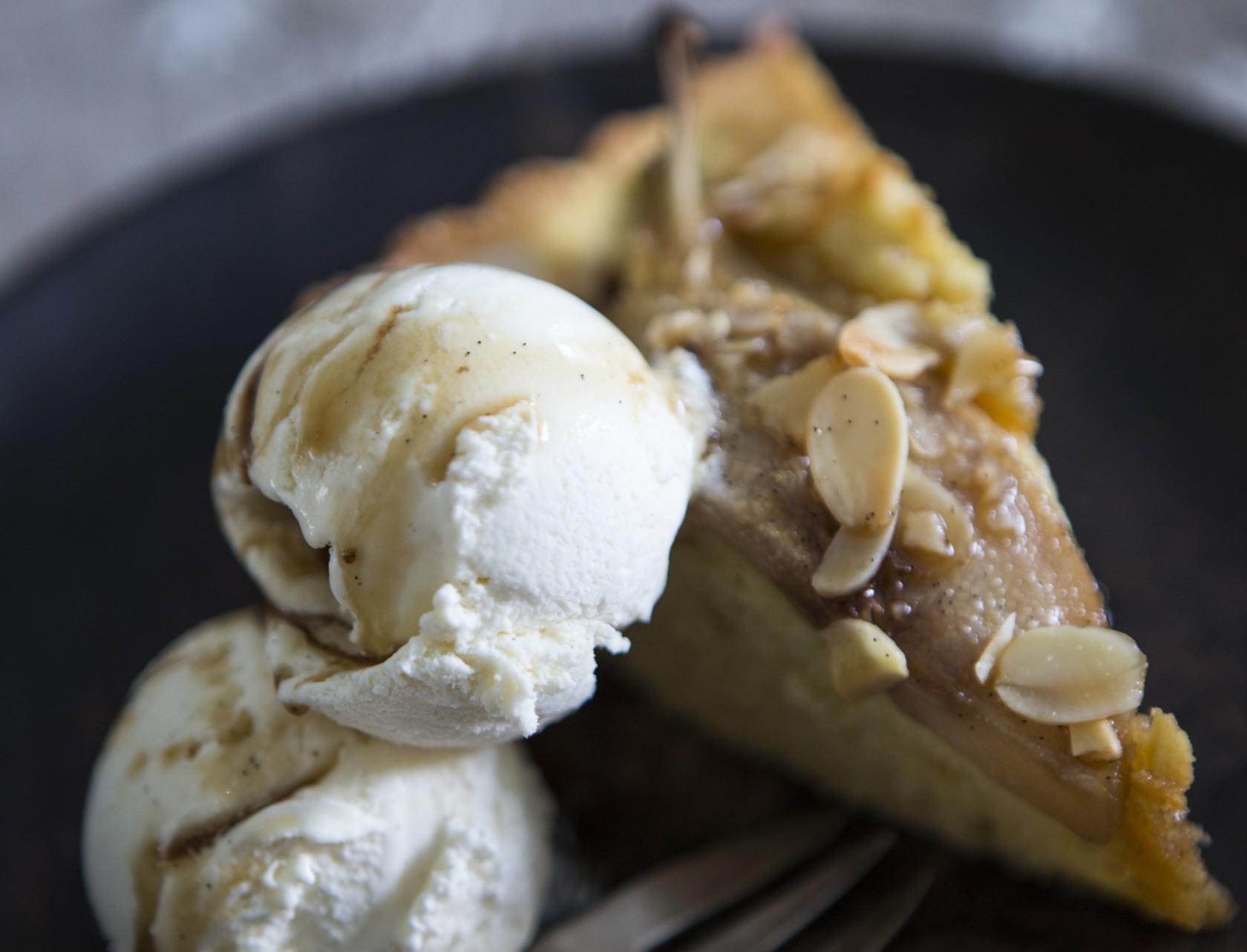 Mandelkage med syltede pærer og vaniljeis - den bedste efterårsdessert!