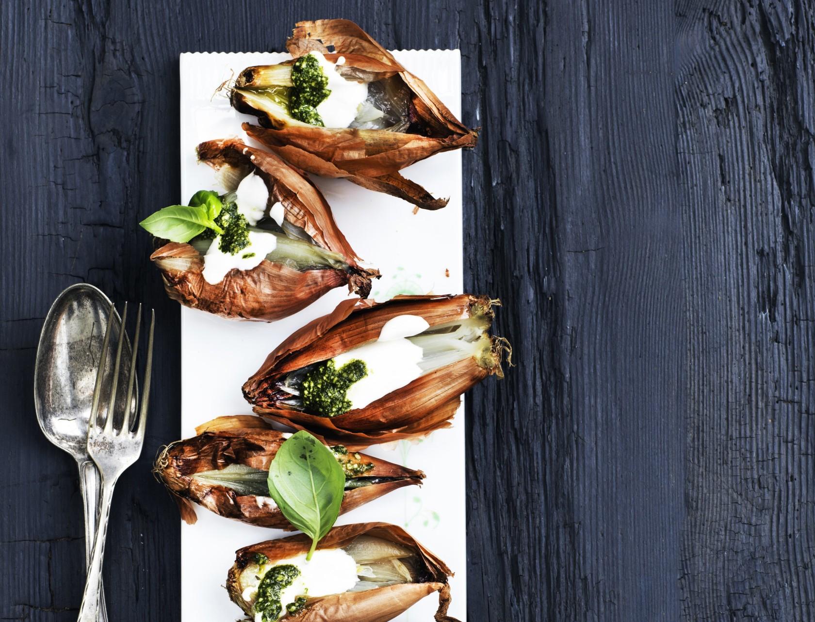 Fantastisk forret - saltgrillede løg med syrnet fløde og pesto