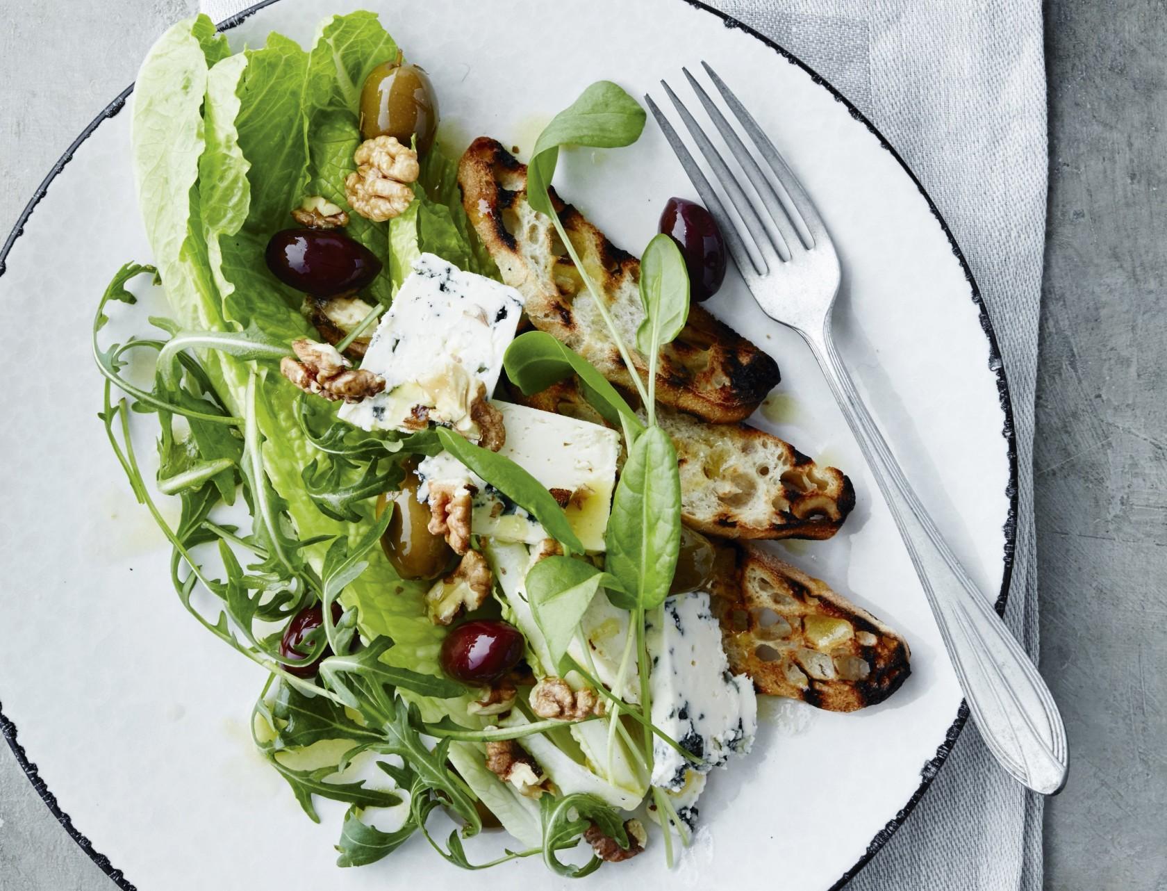 Grillet brød med blåskimmelost, oliven og valnødder - let frokost eller fyldig forret.