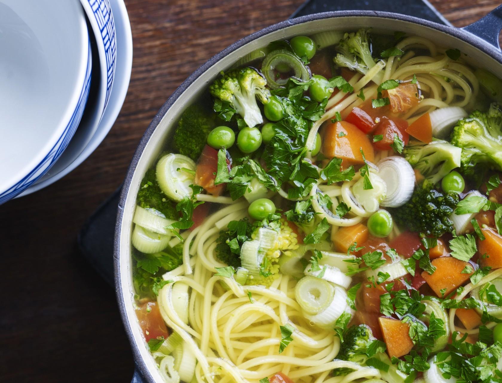 Hønsesuppe med pasta og grøntsager - nem og lækker opskrift!
