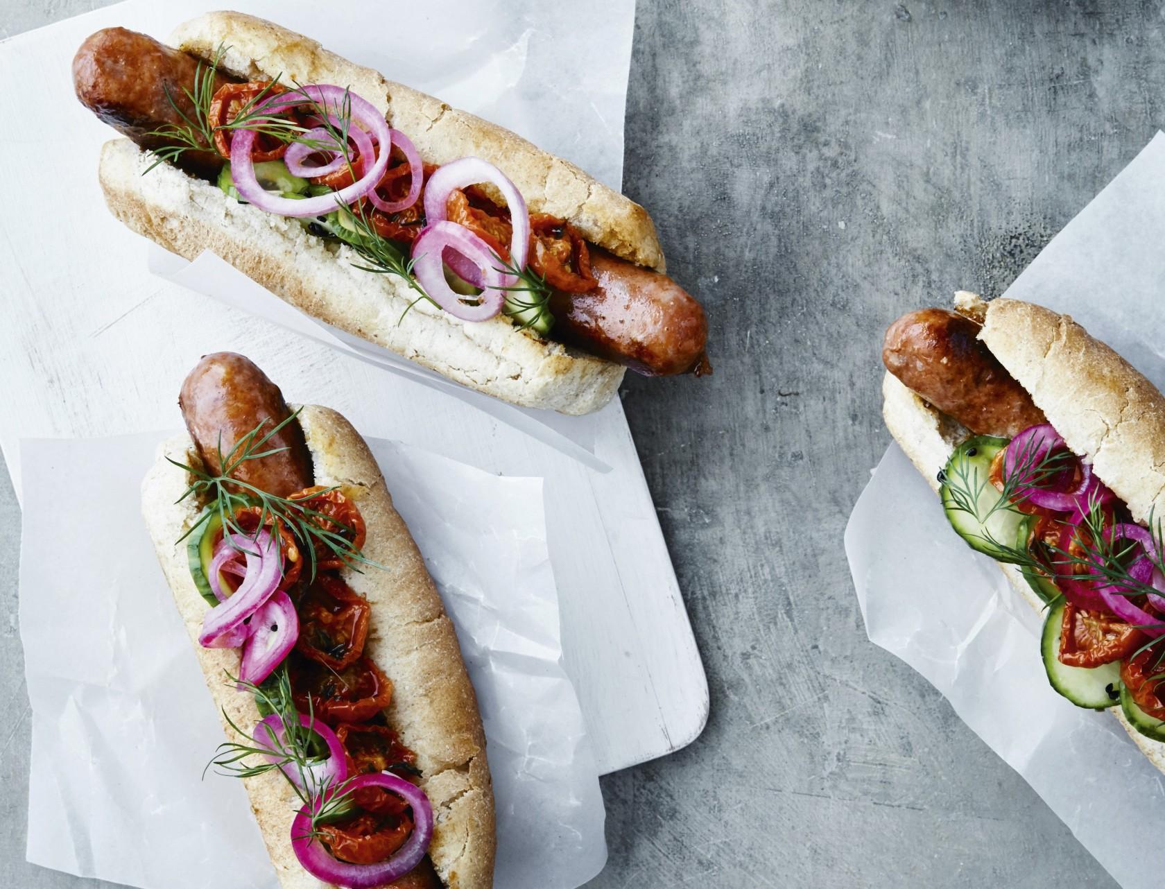 Hotdogs med hjemmelavet tilbehør