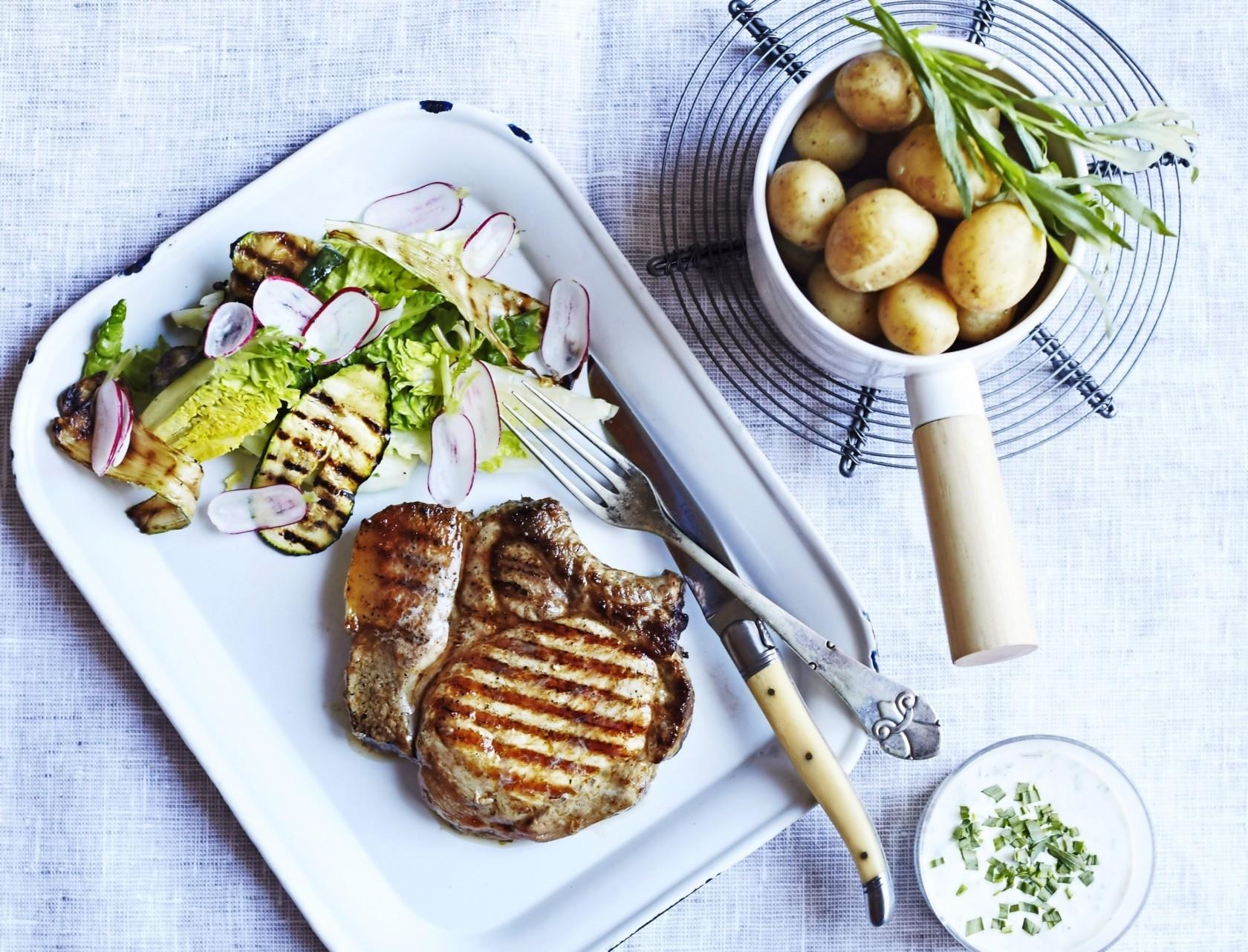 Grillede koteletter med nye kartofler og squash