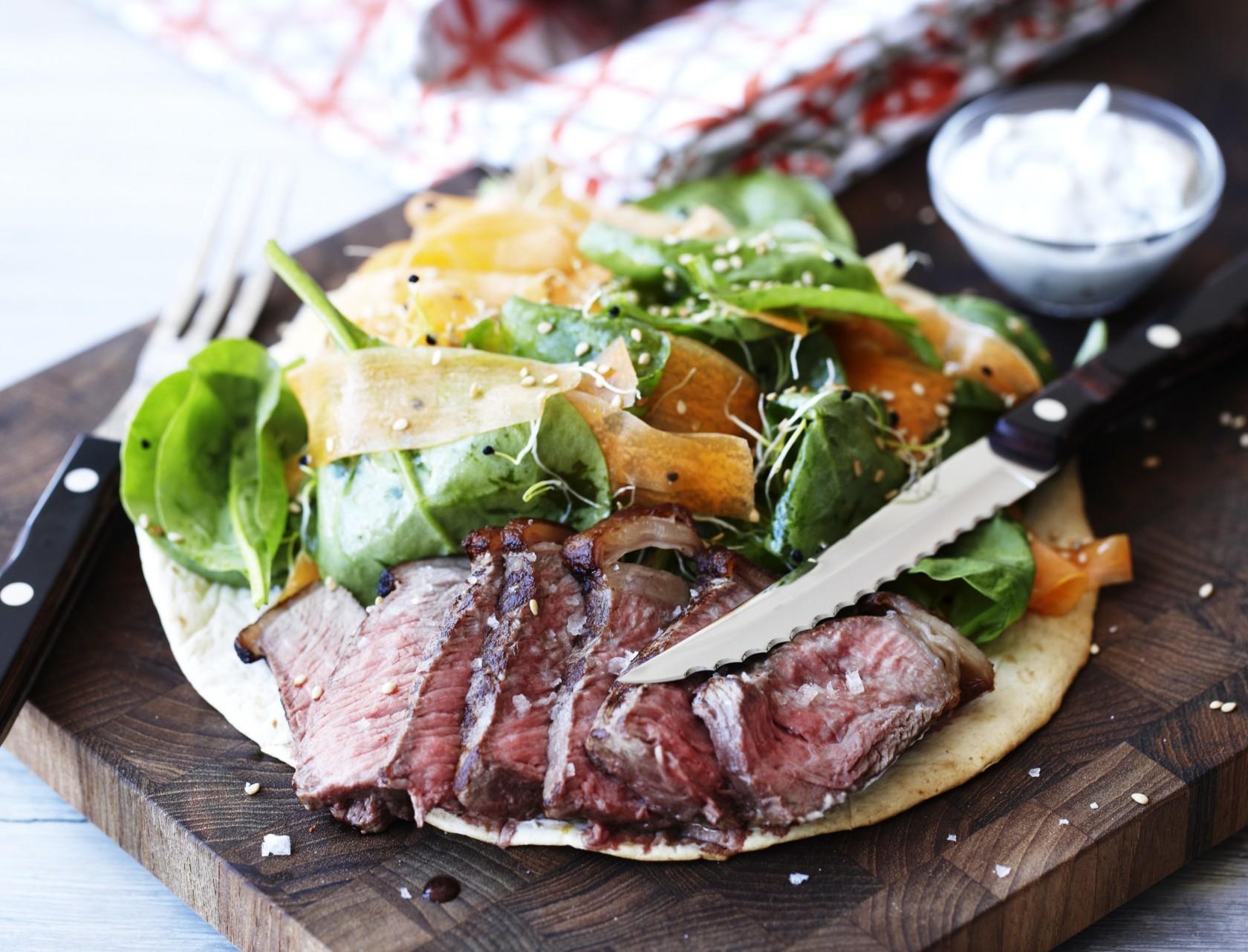 Tortilla med entrecote og spinatsalat - en skøn opskrift på en opgraderet hverdagsmad.