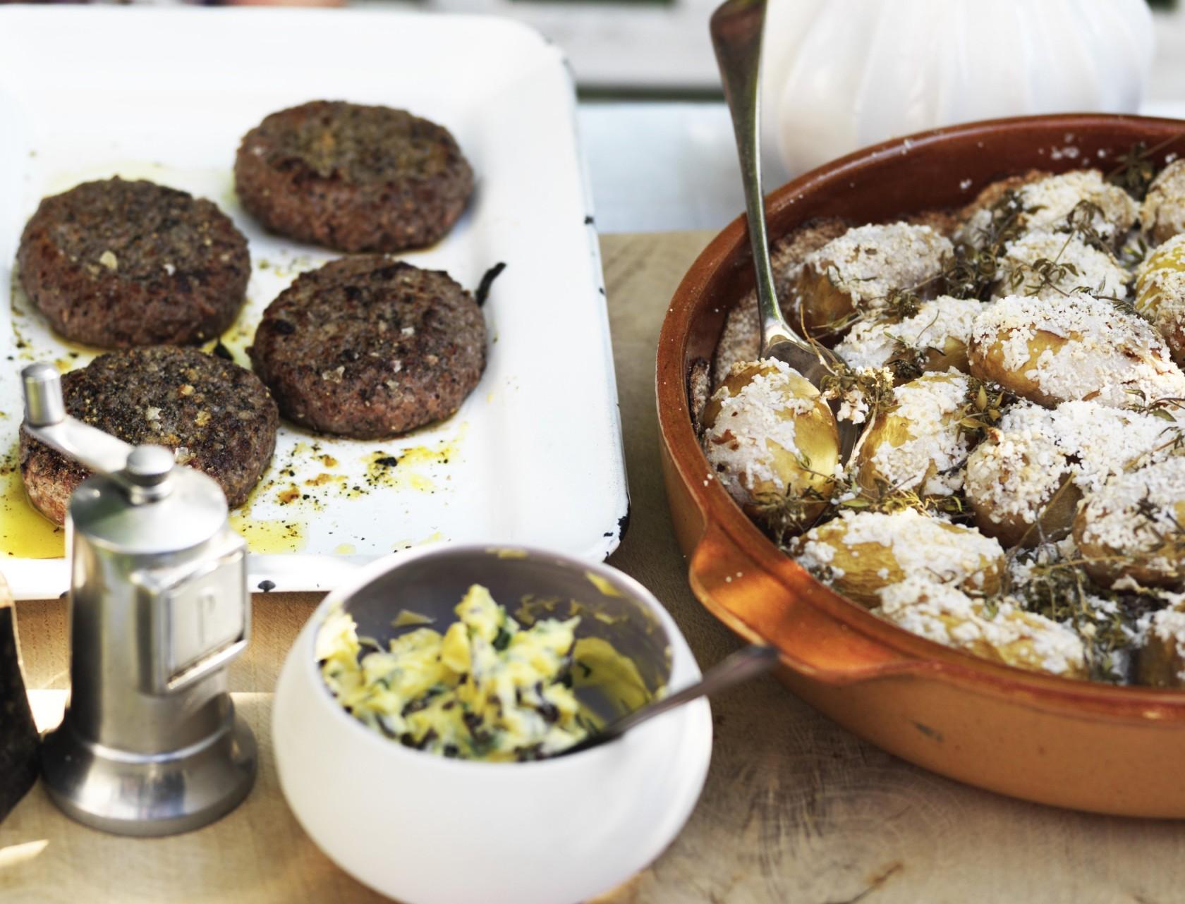 Hakkebøffer og saltbagte kartofler