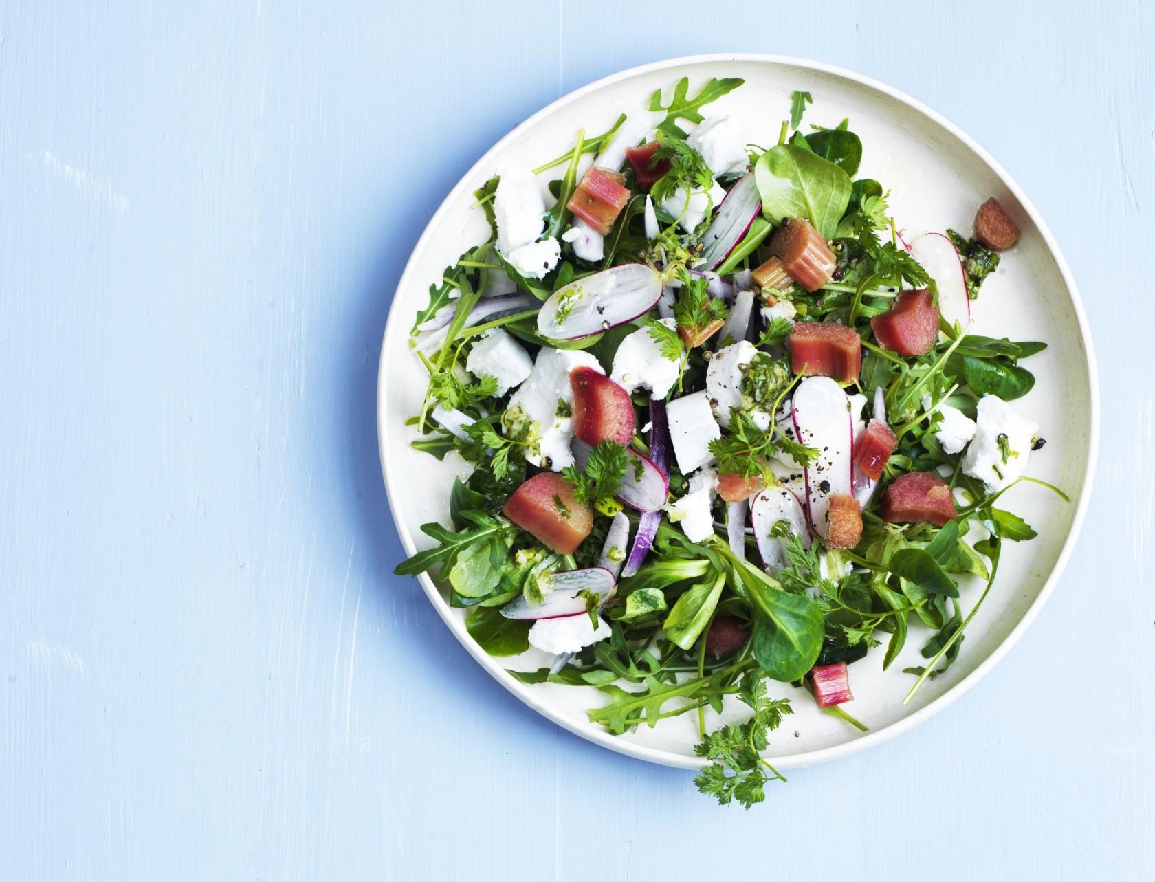 Salat med sukkersyltede rabarber og gedeost
