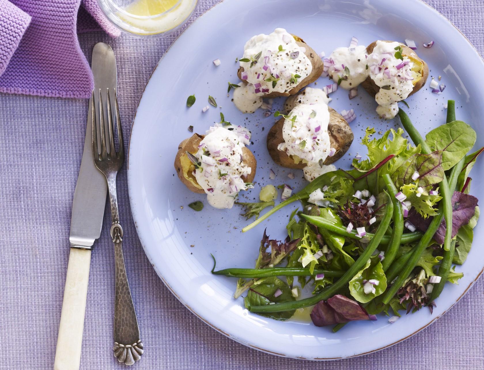 Bagte kartofler med ørredcreme og bønnesalat