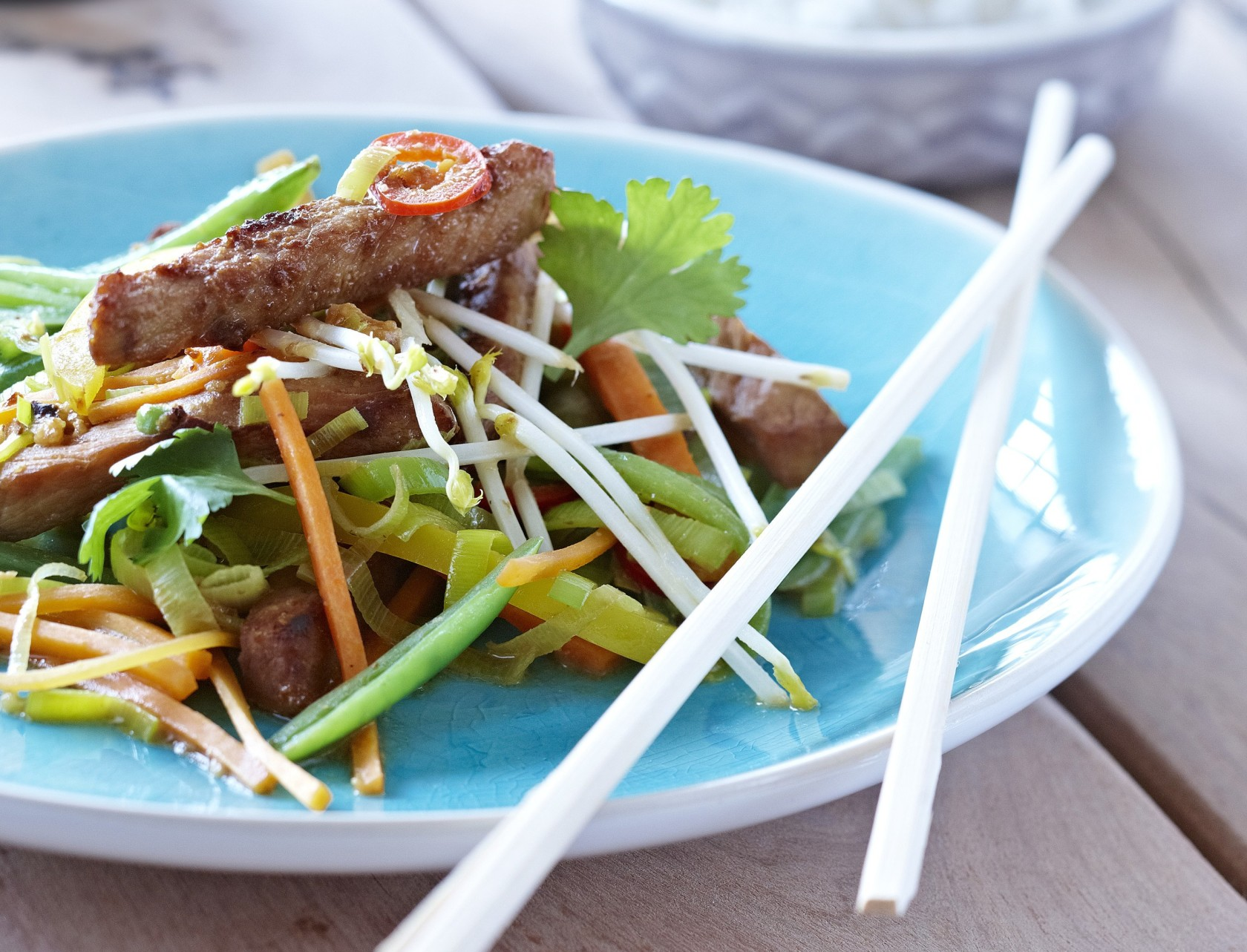 Wok med skinke, grøntsager og peanutbutter