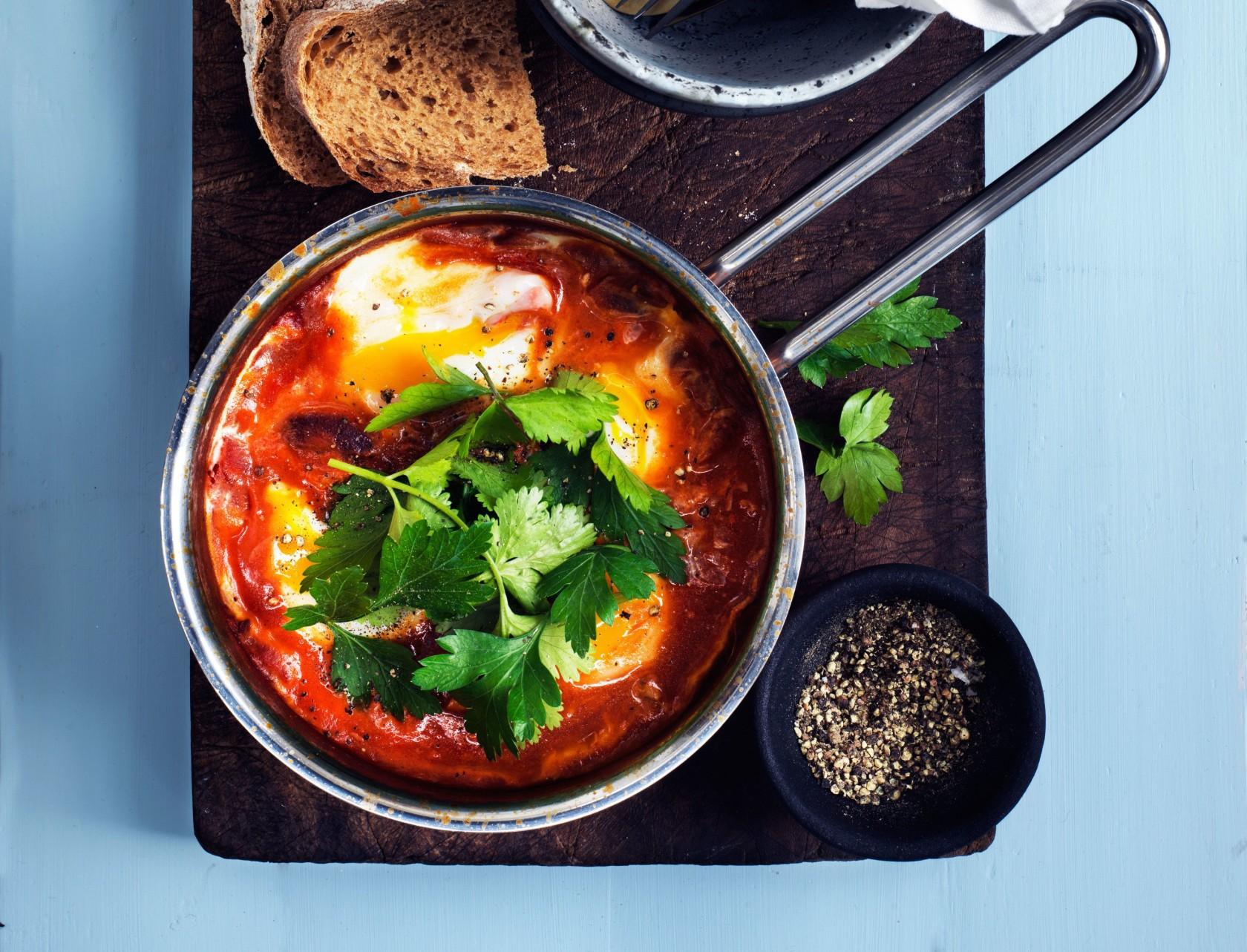 Shakshuka en mellemøstlig morgenmadsret bestående af stærk tomatsacue og pocheret æg.