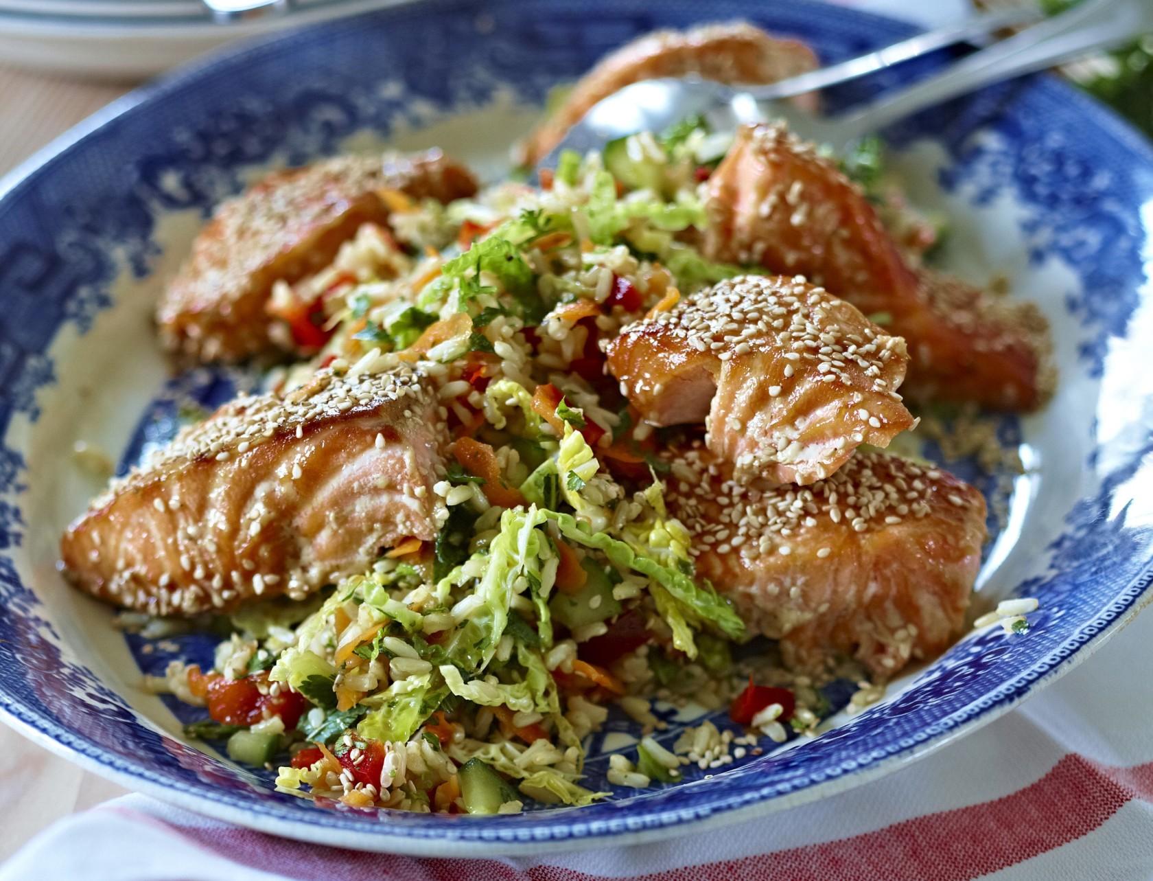 Lækker opskrift på sesamlaks med rissalat