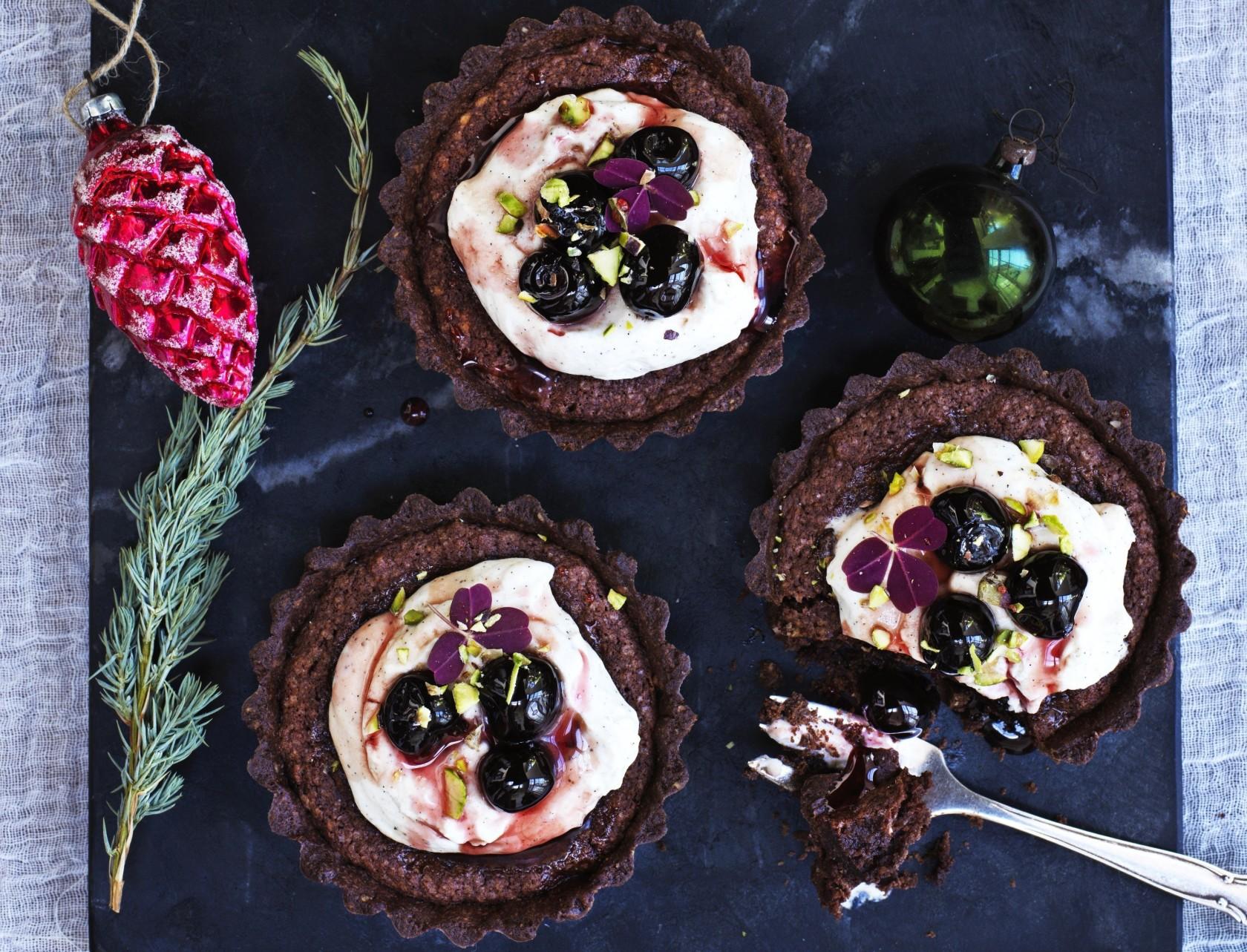 Chokolademazariner med vaniljecreme og kirsebær