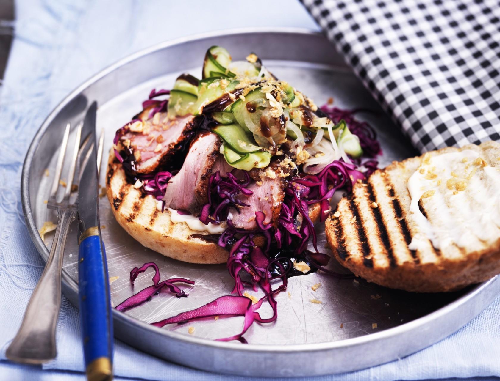 Burger med and, kål og agurkerelish
