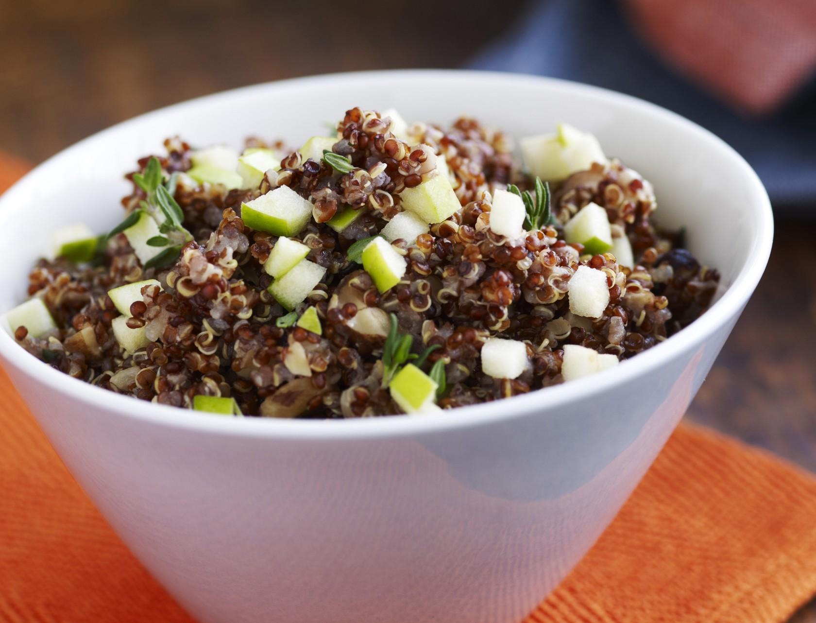 Quinoa med løg, hasselnødder og æbler