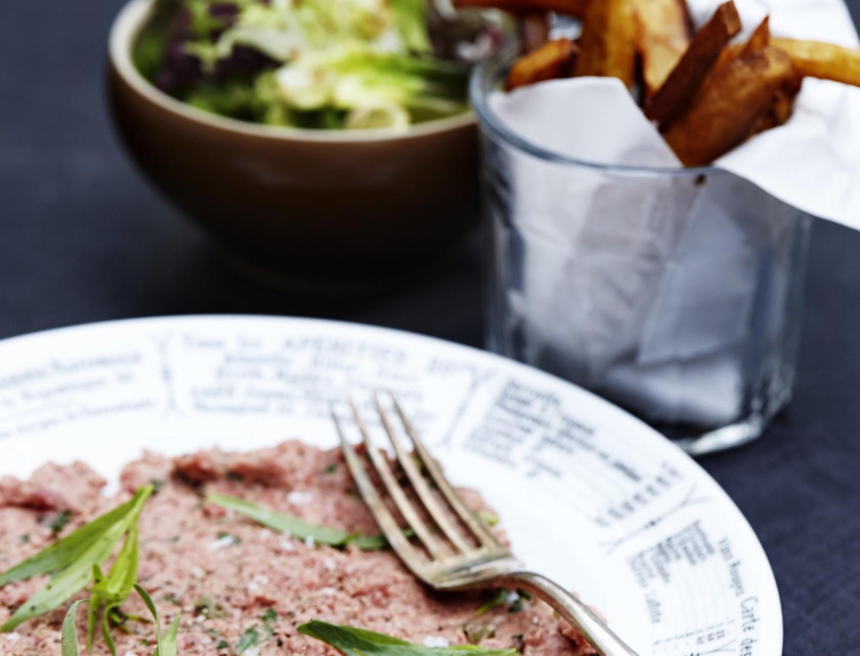 Rørt tatar med pommes frittes og grøn salat - den bedste opskrift på lækker weekendmad.