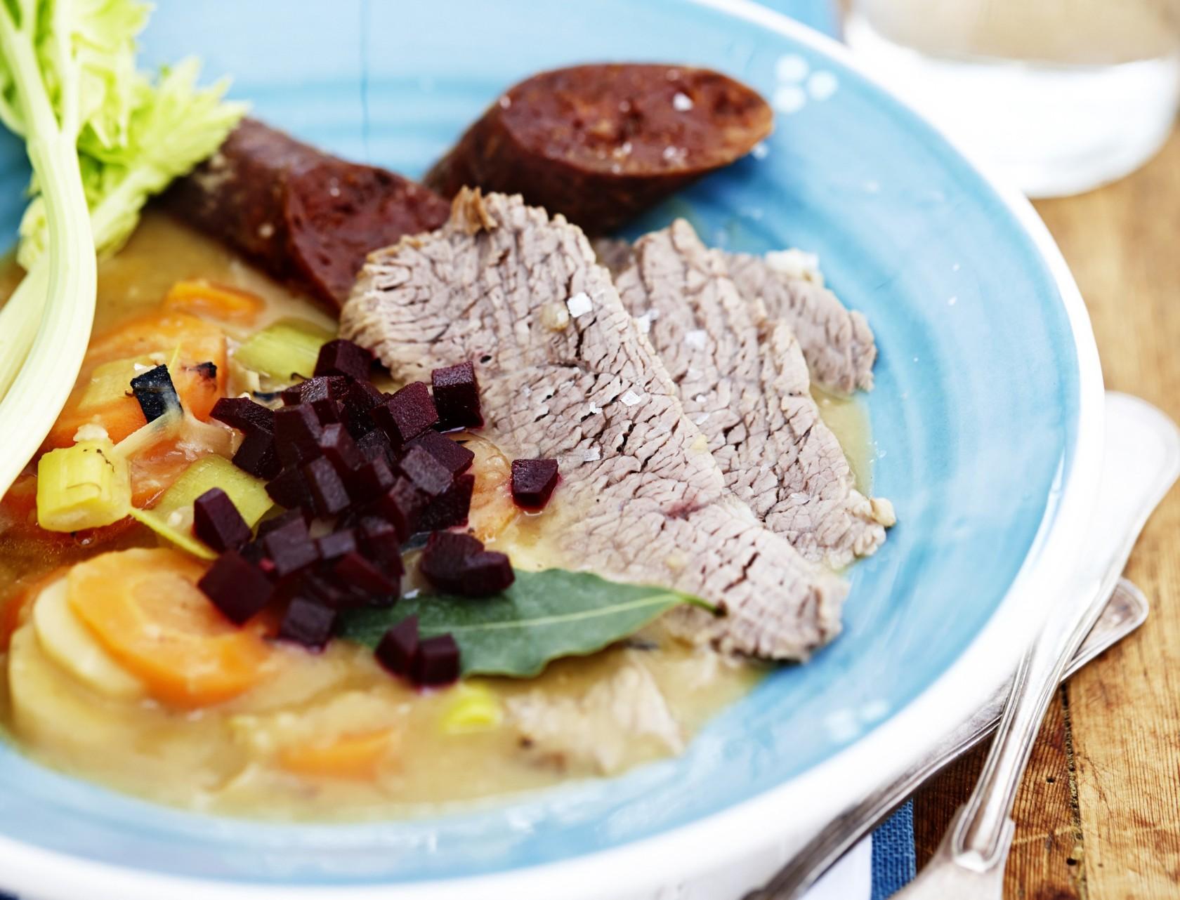 Gule ærter med rodfrugter og kalvekød