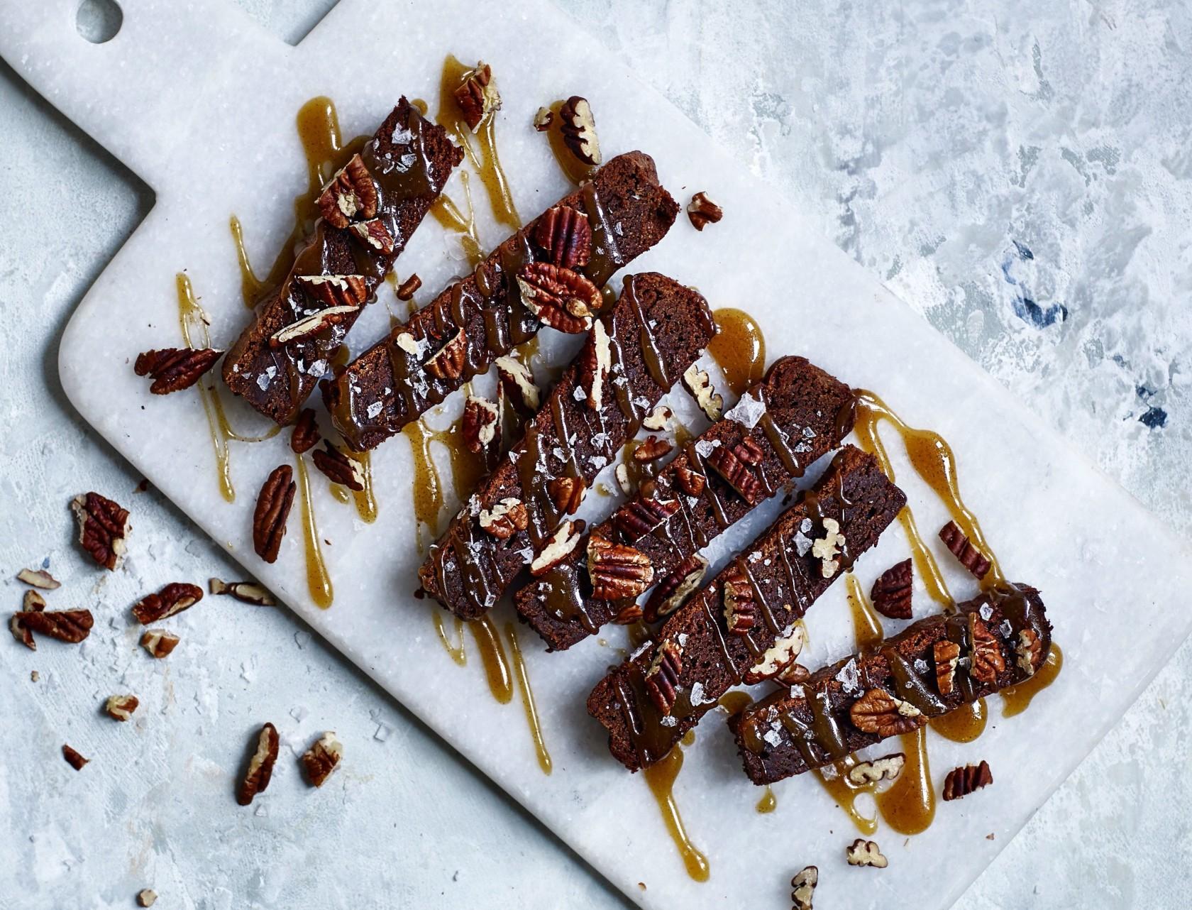 Den lækreste brownie med pekannødder og saltkaramel