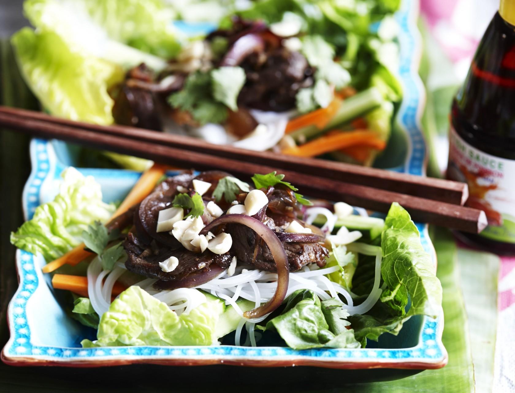 Nudelsalat med oksekød og rødløg - nem og lækker hverdagsmad.