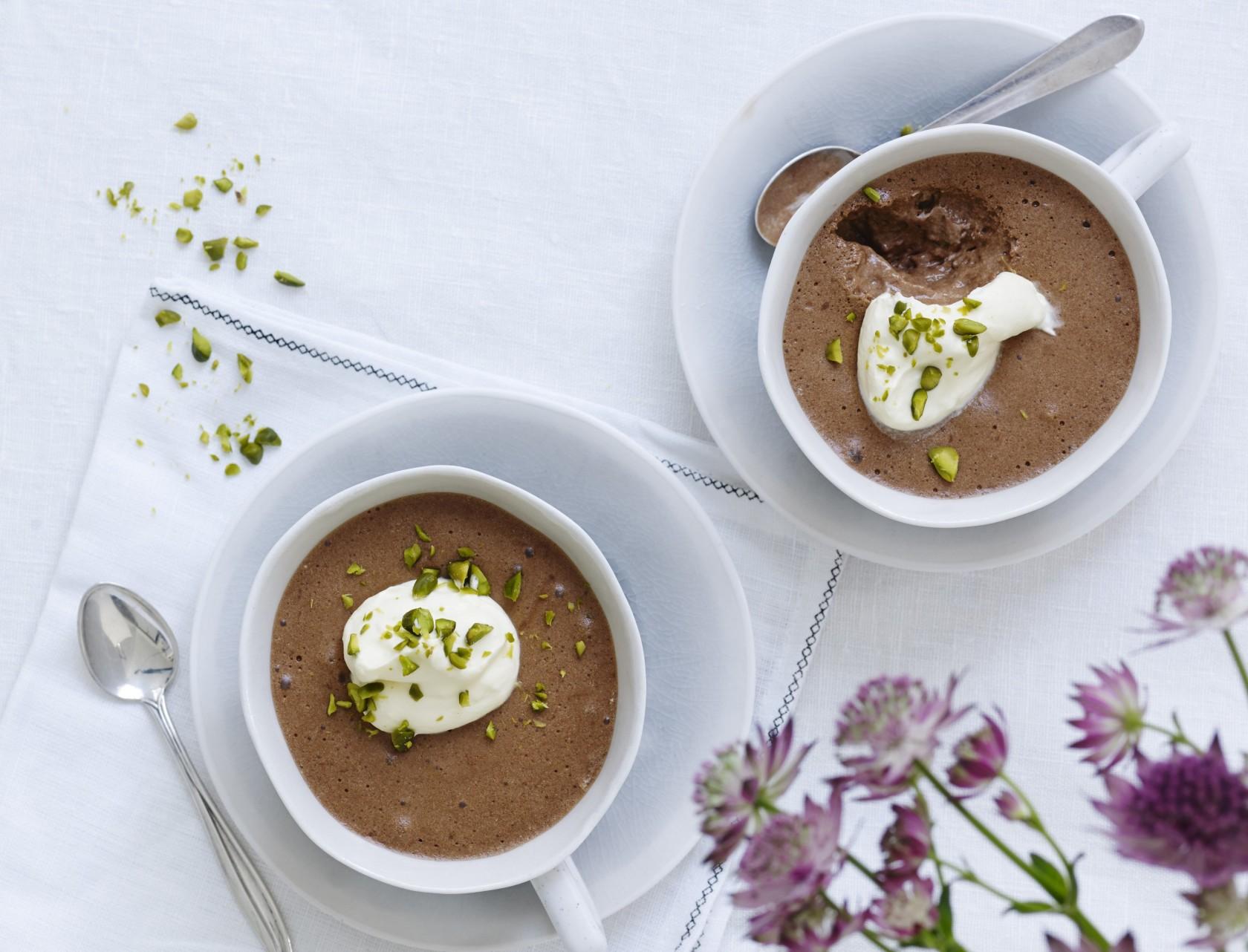 Lys chokolademousse med pistacienødder