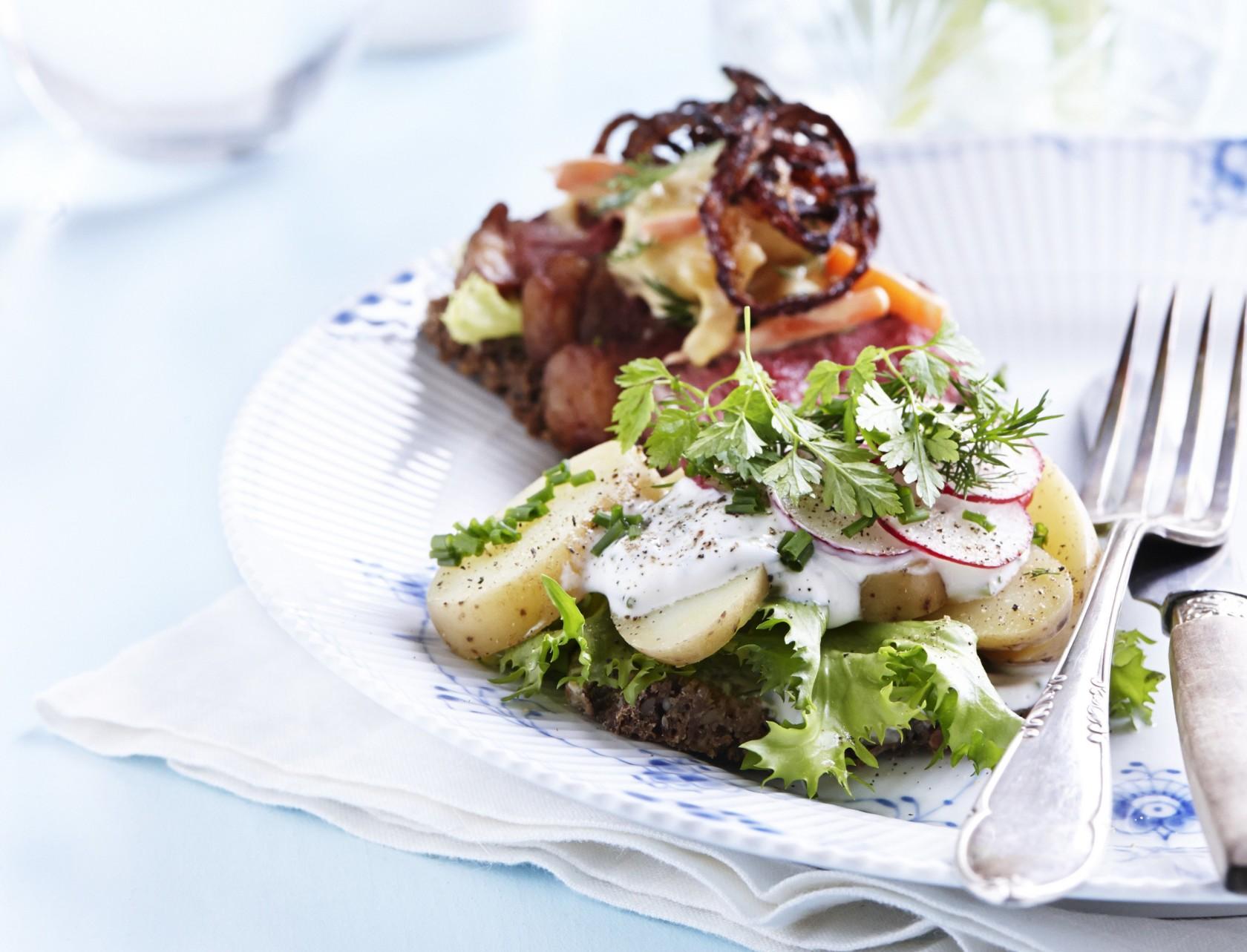 Kartoffelmad med krydderurtedressing og krølsalat