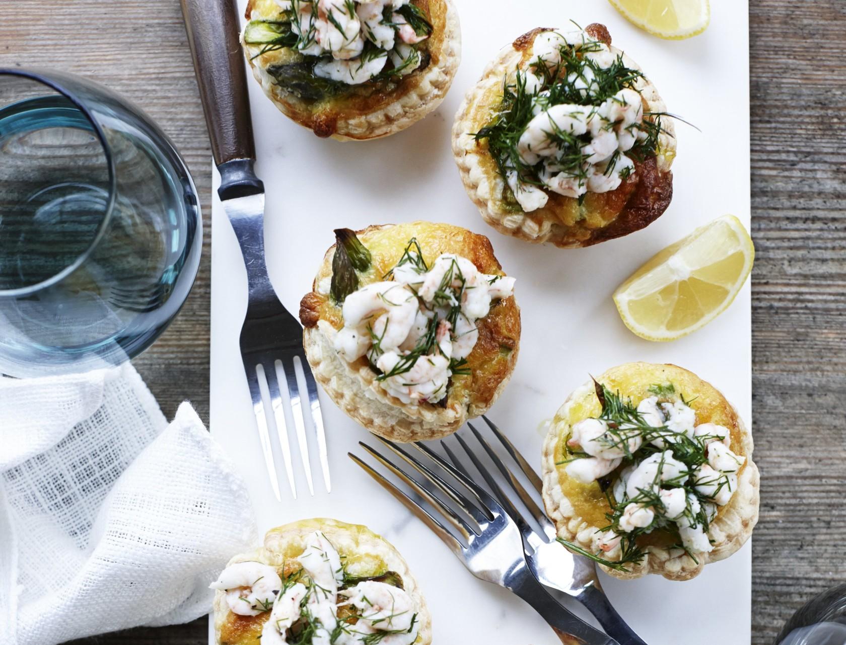 Tarteletter med grønne asparges og rejer - lækker opskrift med hjemmebagte skaller.