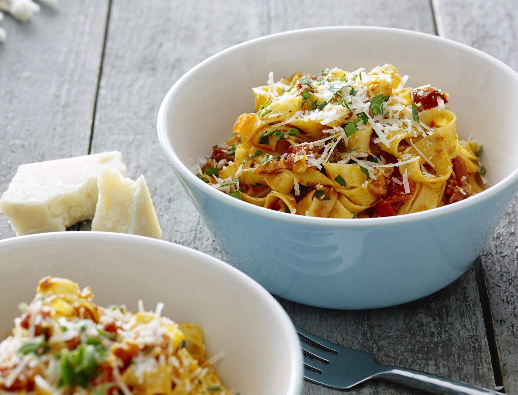 Lækker italiensk pastaret med tomater, chili og bacon