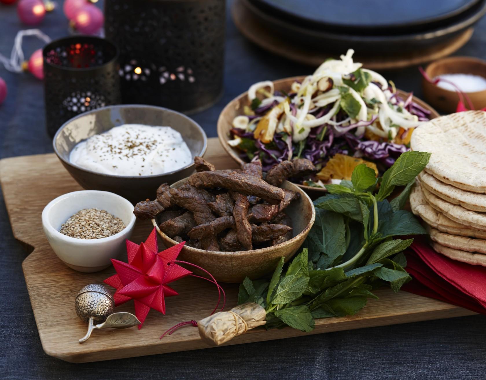 Pitabrød med krydret oksekød og rødkålssalat