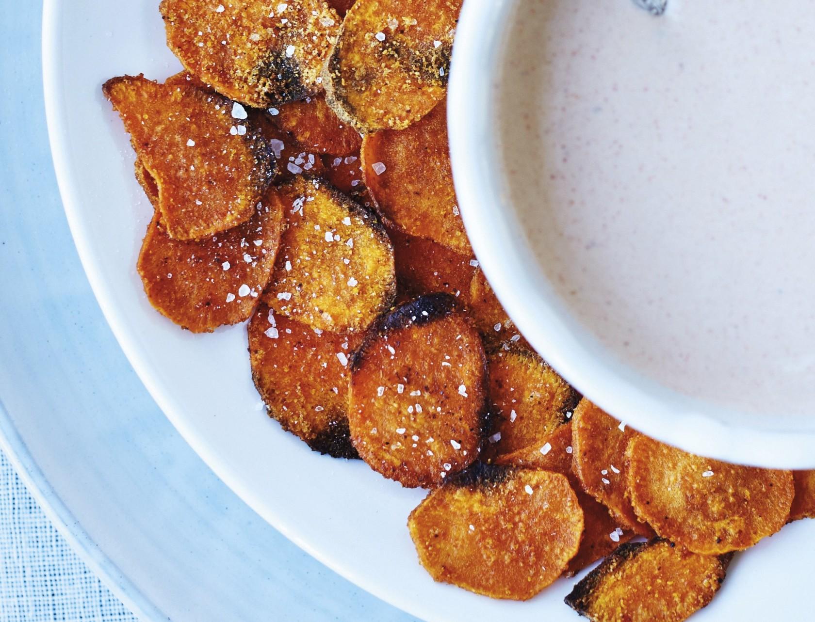 Sprøde chips af søde kartofler - nem og lækker opskrift.