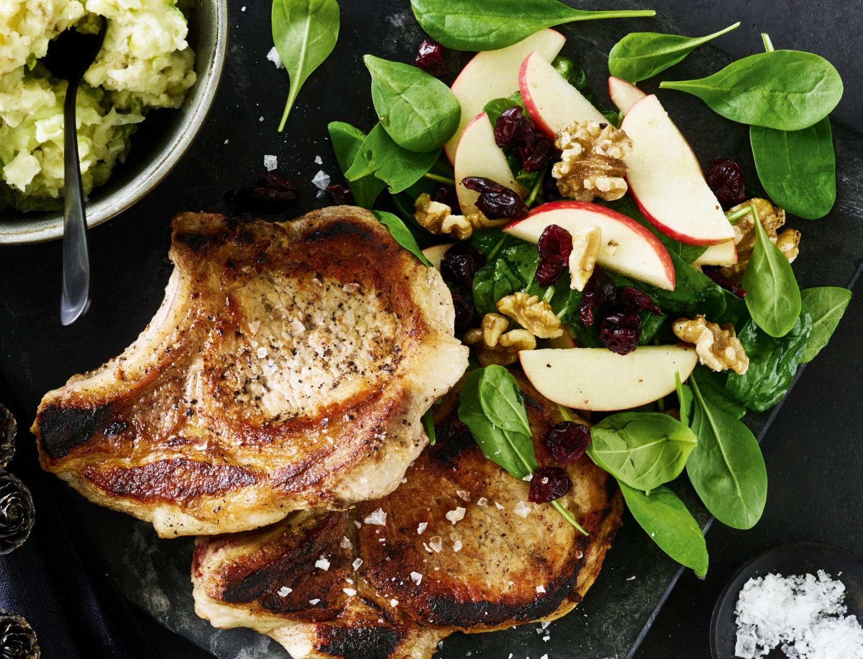 Koteletter med kartoffelmos og spinatsalat