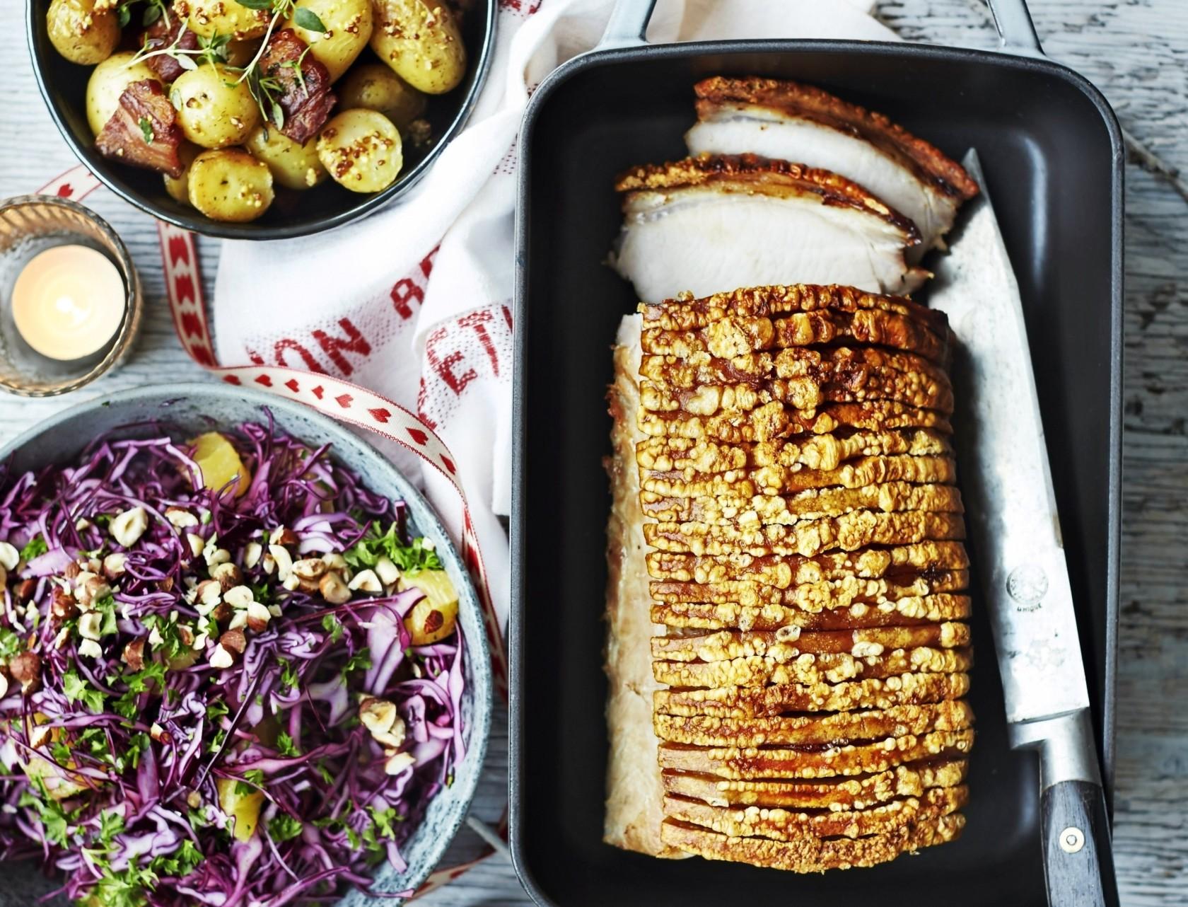 Flæskesteg med bacon-kartofler og rødkålssalat - det er jul på et helt nyt niveau!