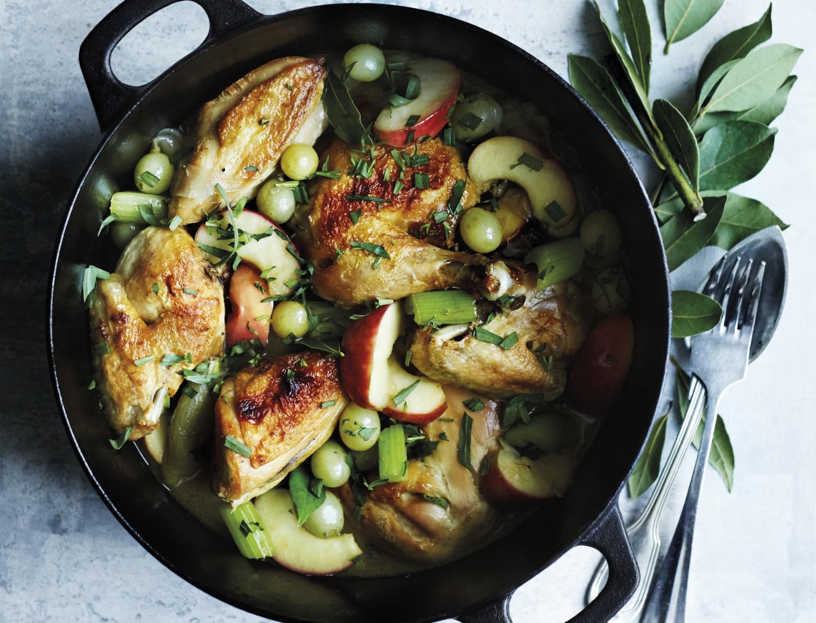 Gryderet med kylling, bladselleri, æbler og druer