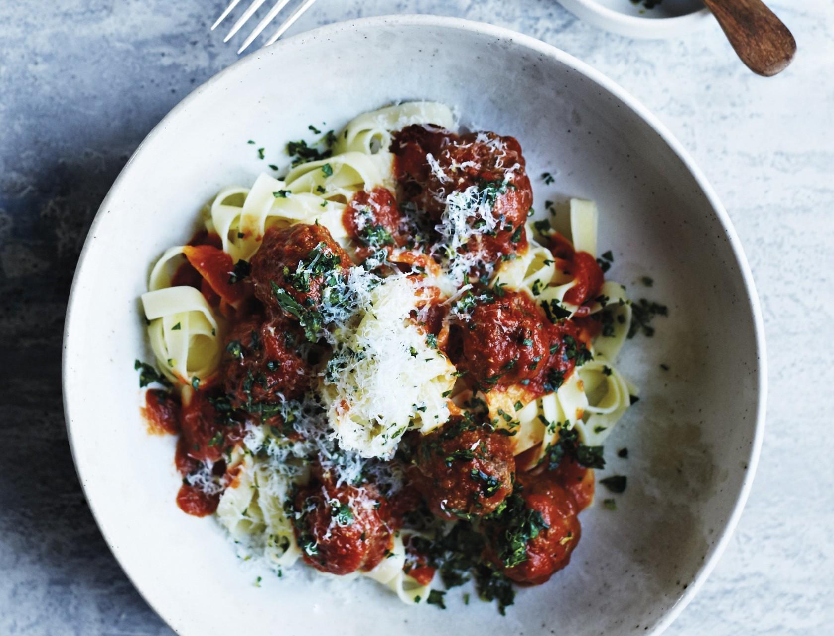 Lækker opskrift på italiensk pasta med kødboller i tomatsauce