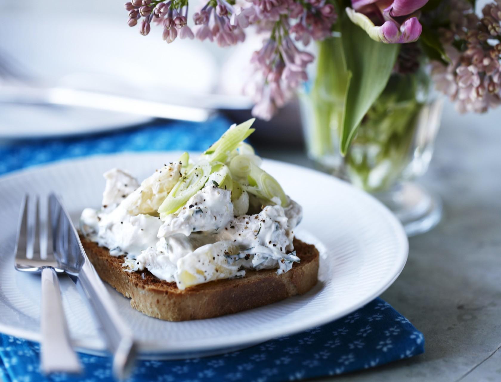 Smørrebrød med hønsesalat med asparges
